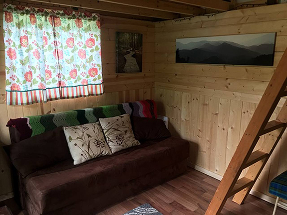 Two lofts (one with a queen size mattress & one with a single mattress), linens, kitchenette with mini fridge, coffee & press, fold out couch, cold water & electricity.