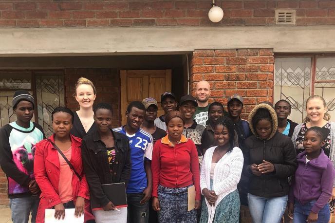 To barneheimer, 101 skulebarn, 20 håp-familiar, 15 håp-jentar og 65 håp-klasse-elevar. Ein non-profit organisasjon som har som mål å gjera barn og familier i Zimbabwe sjølstendige til å stå på eigne bein. Les meir på www.hopeproject.no