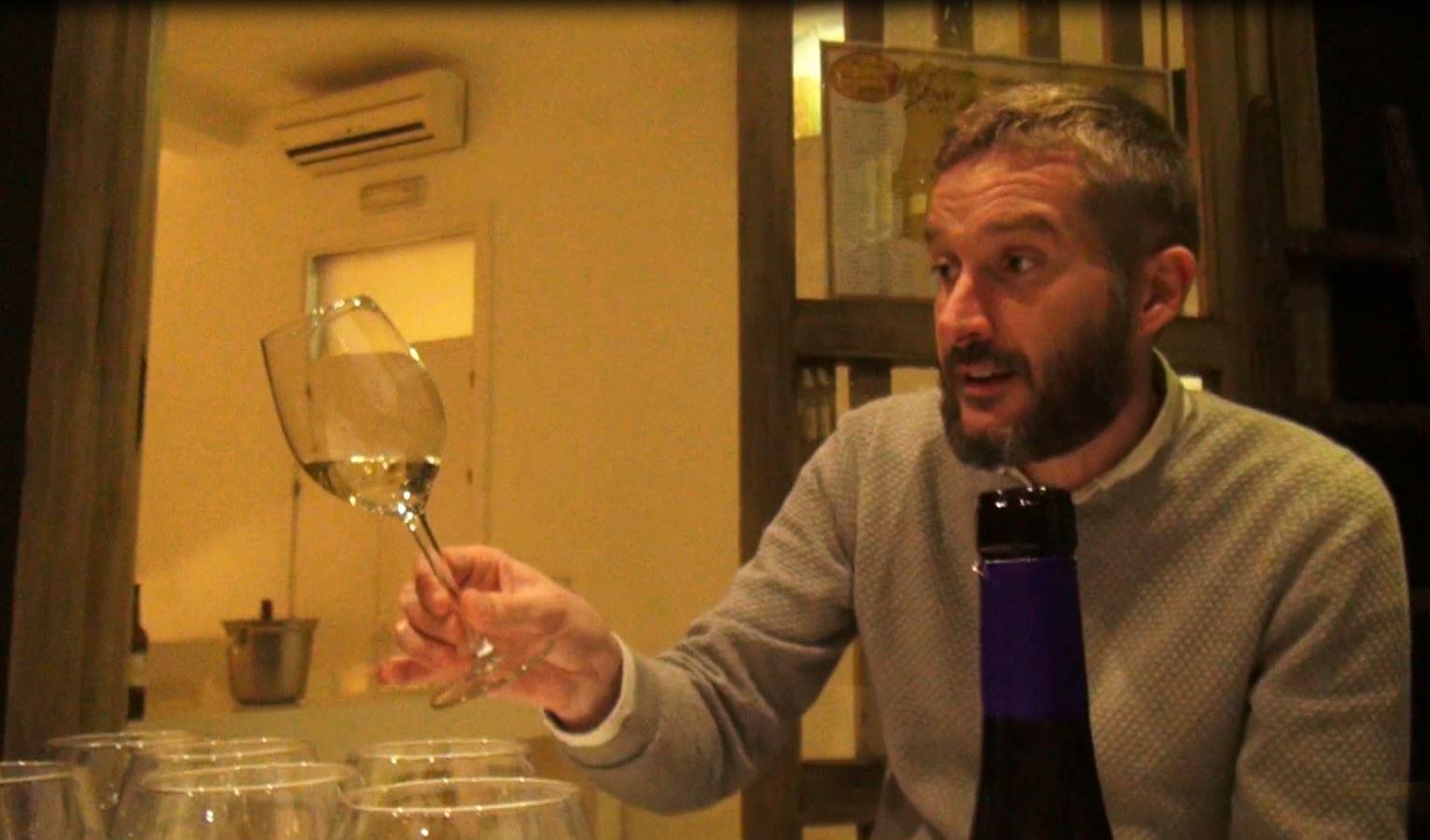 El enólogo Armando Guerra durante una sesión de cata de vinos en la Taberna der Guerrita
