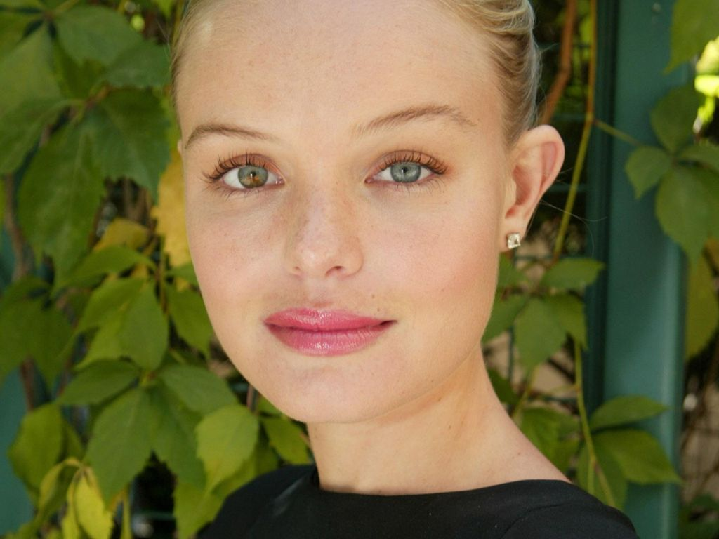 Got A Girl Crush On: Kate Bosworth's two-colored eyes     David Bowie  has 'em.  Jane Seymor  and  Elizabeth Berkley  do, too! Kate is in the same club of celebs with  heterochromia . Is it weird I always wished my own peepers were this unique?