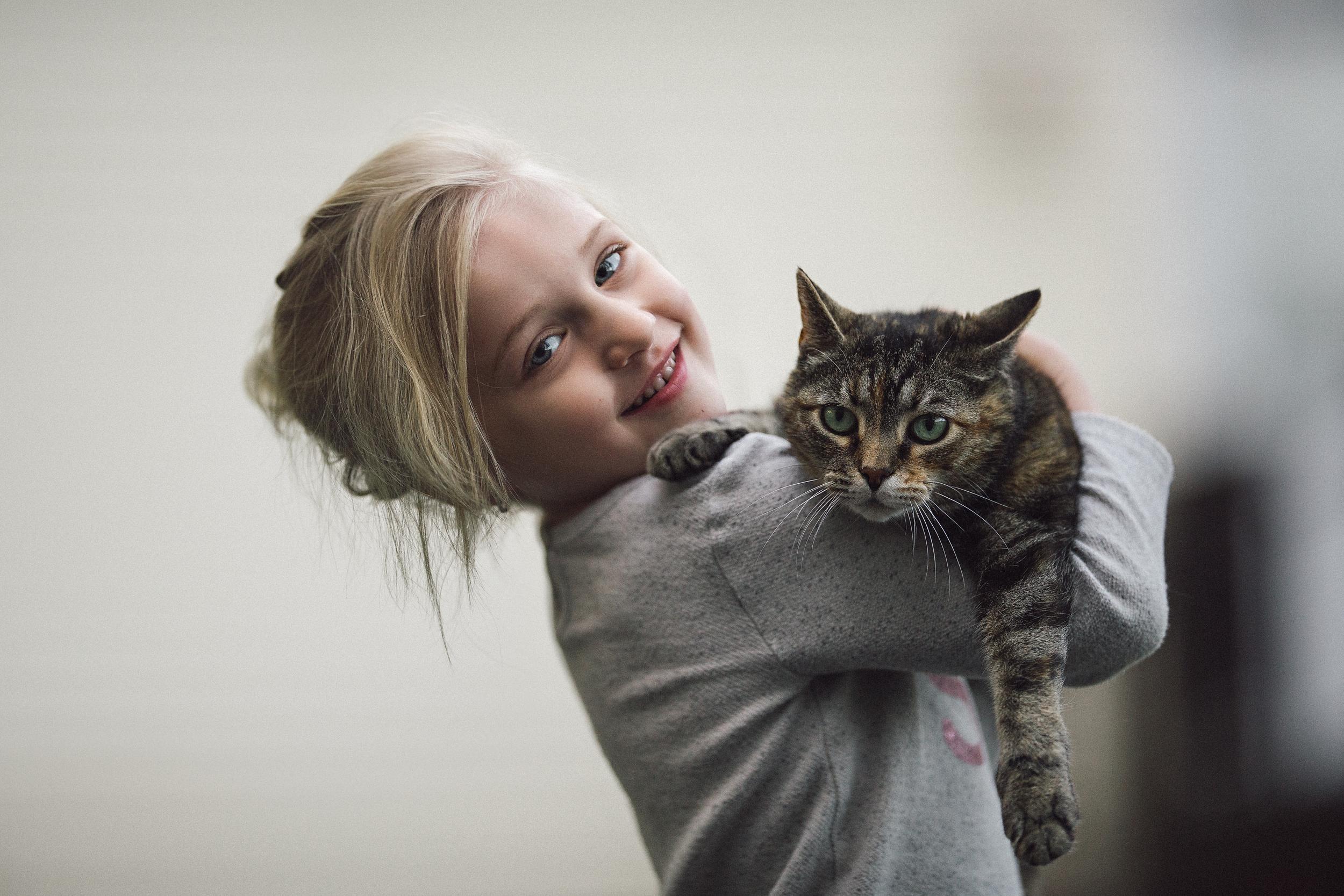 hello-olivia-photography-long-island-family-photographer-cat-kitty-tabby-kitten-girl