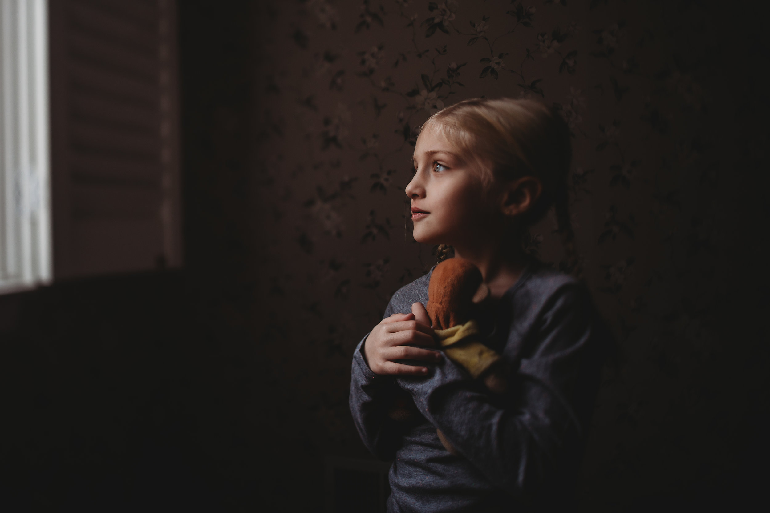 hello-olivia-photography-long-island-photographer-lifestyle-suffolk-child-window-light-stuffed-animal.jpg