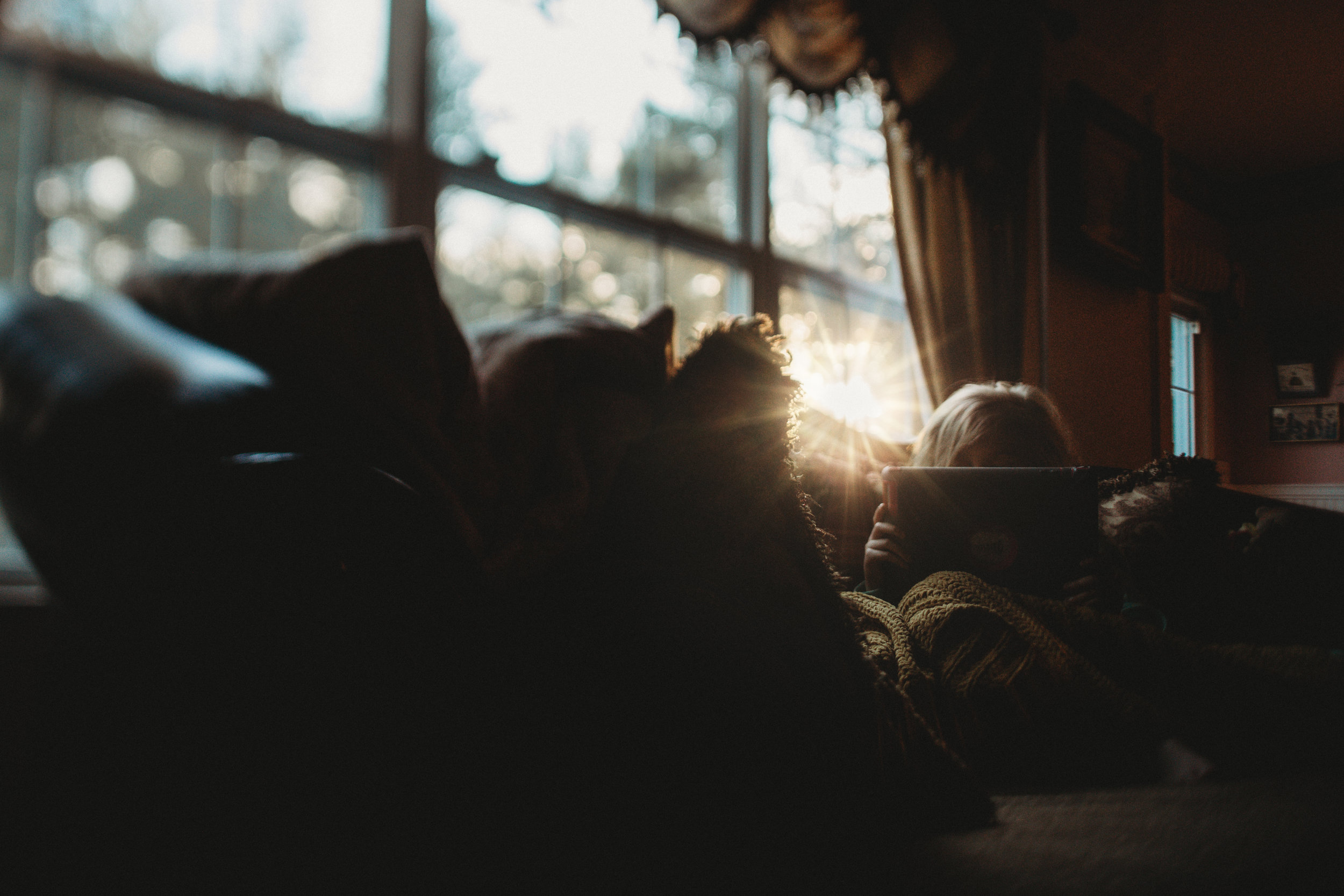 hello-olivia-photography-long-island-photographer-lifestyle-suffolk-flare-sun-couch-living-room.jpg