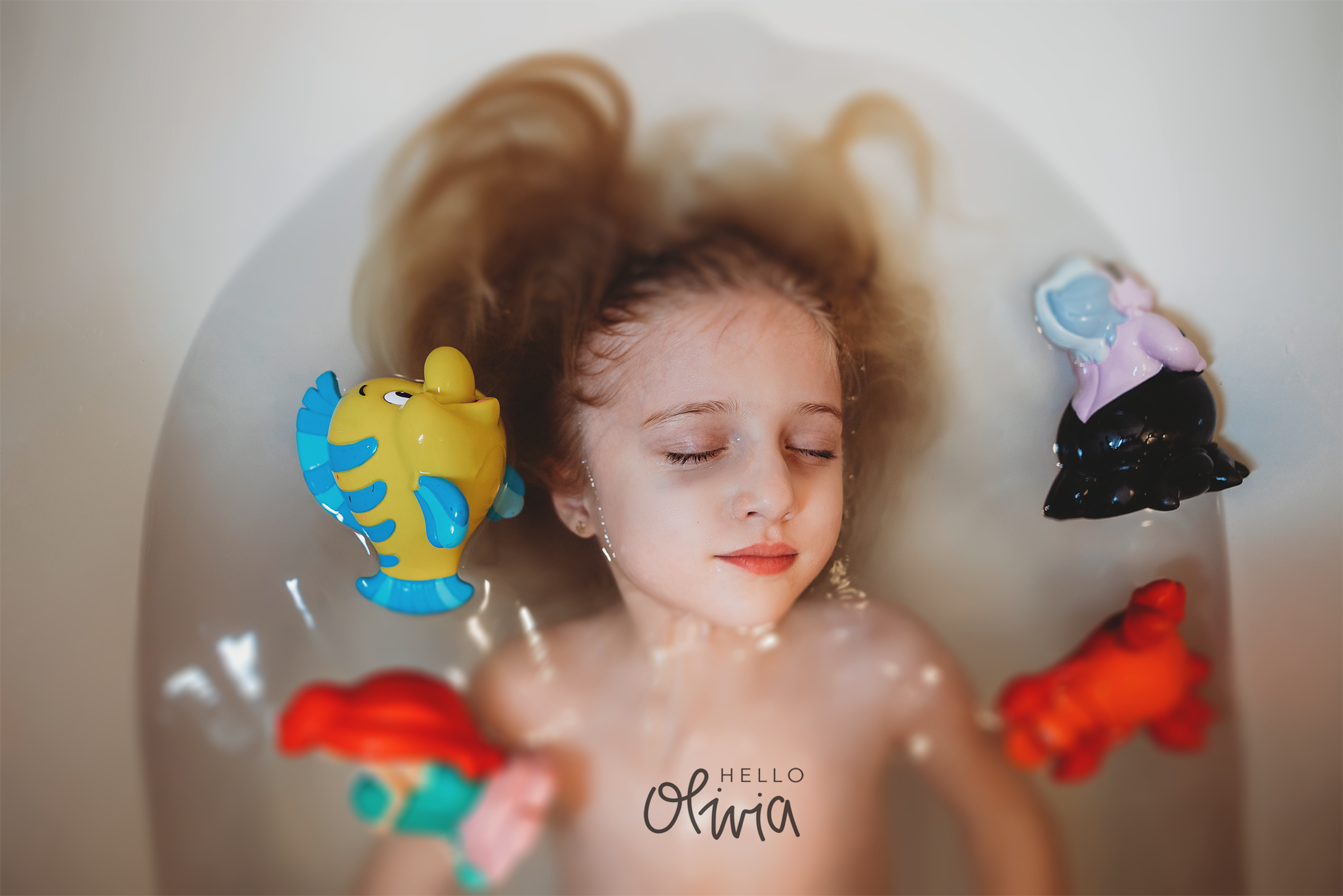 hello-olivia-photography-long-island-photographer-lifestyle-child-tub-floating-water-little-mermaid.png