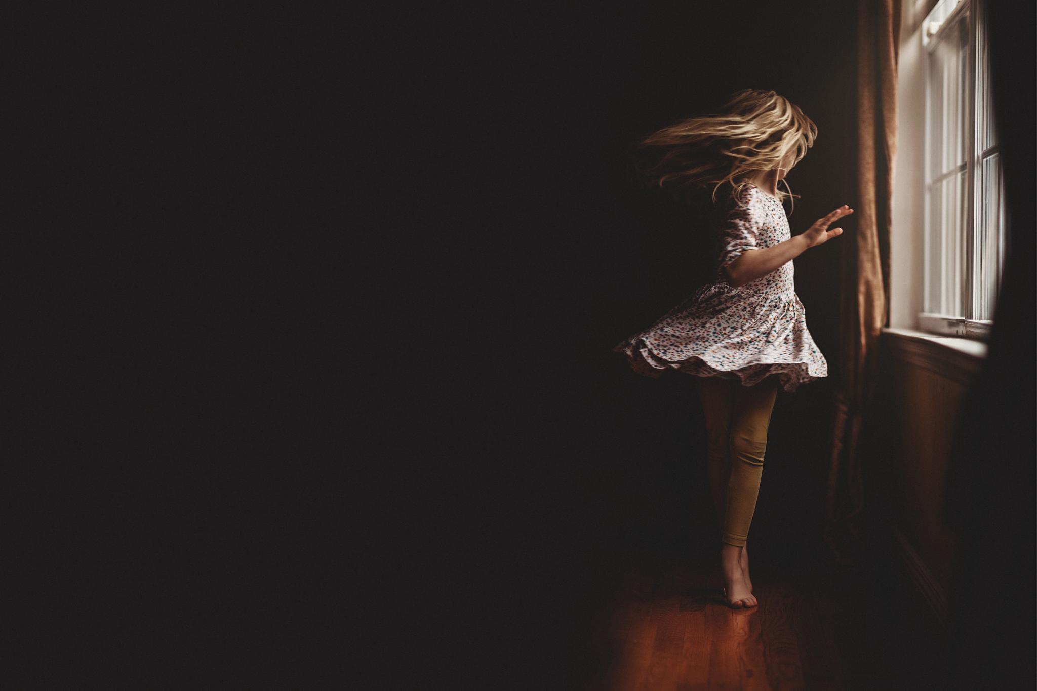 Hello-olivia-photography-long-island-photographer-children-lifestyle-dancing-window