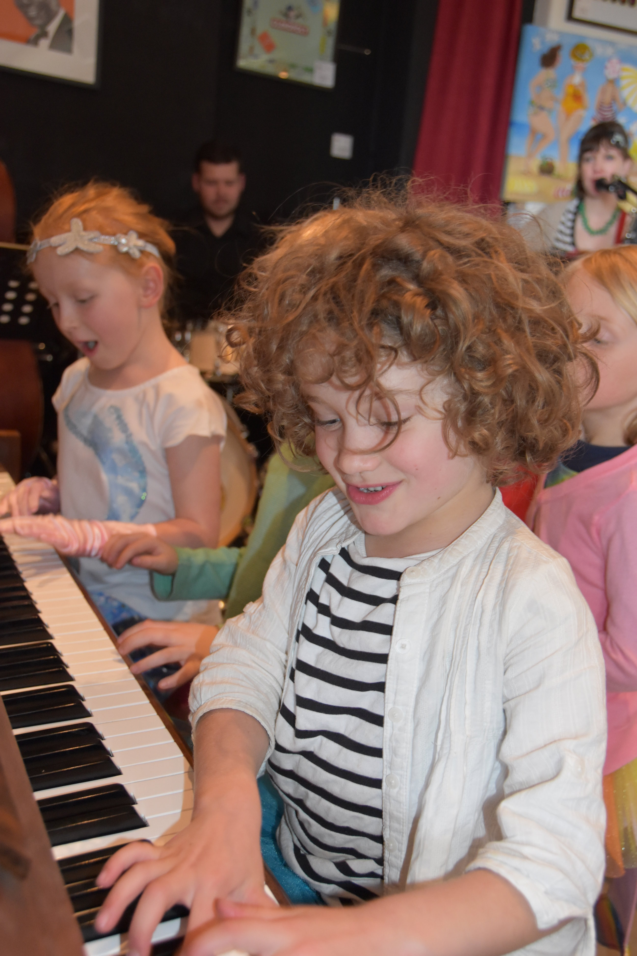 Kids on keys jam with Band @ Boomers - pic2.JPG
