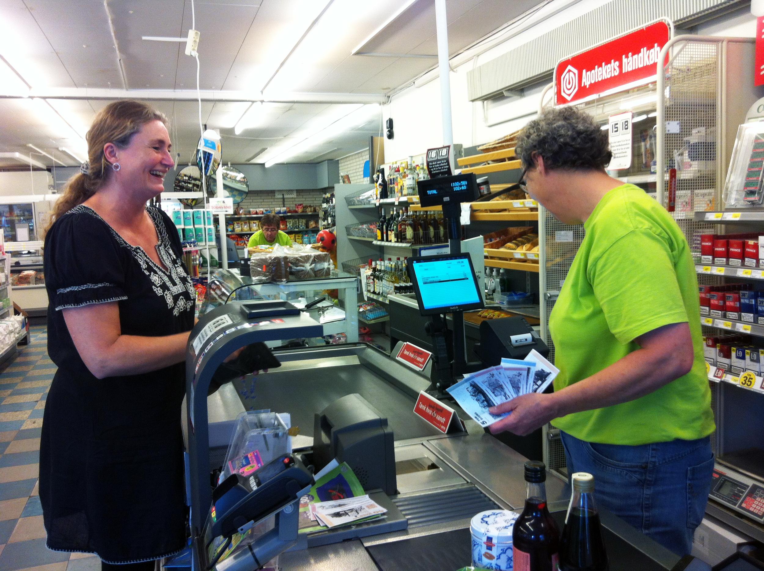 Der betales med DJURS hos Gjerrild købmand, juli 2016