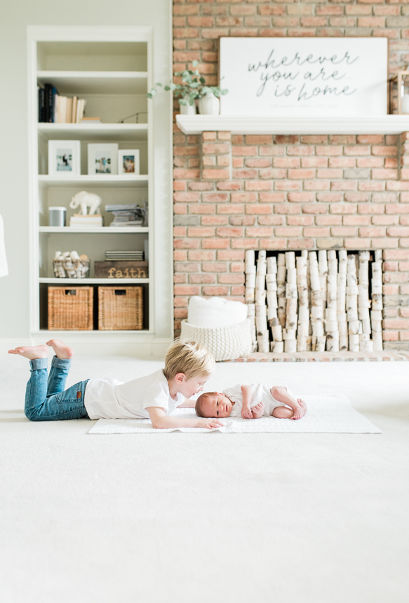 sibling newborn pictures-photo by breanna kuhlmann, Baltimore photographer -1.jpg