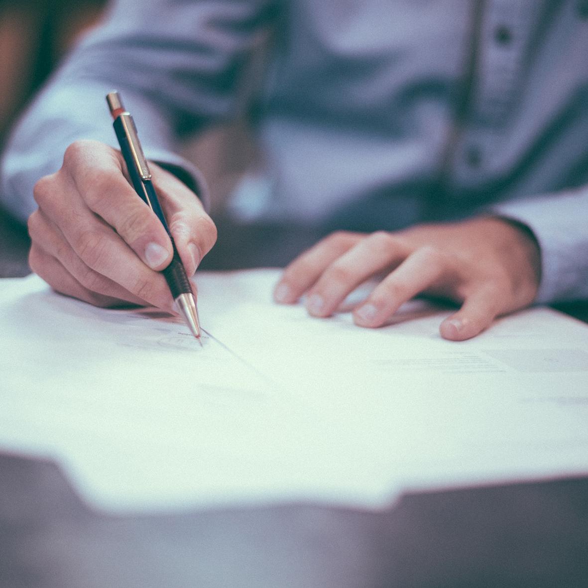 Contractenrecht - Wij adviseren u bij het opstellen van contracten en algemene voorwaarden en staan u bij in contractuele geschillen.