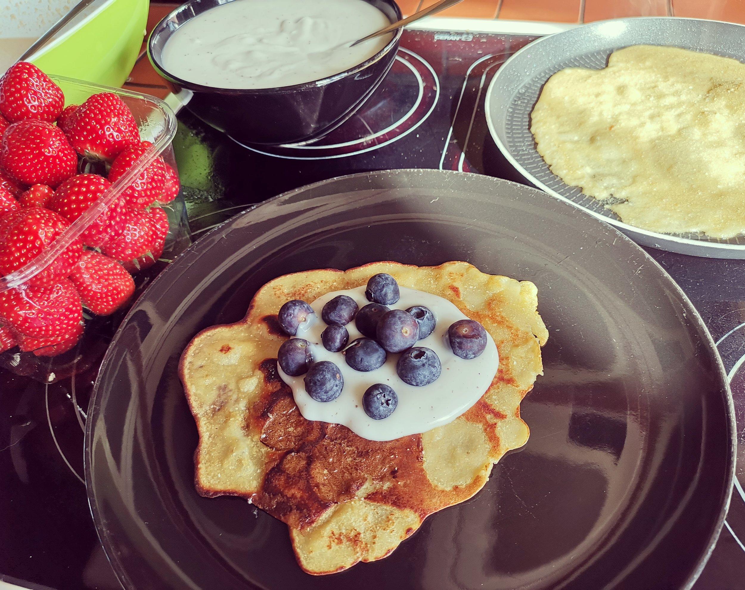 Pannenkoeken - - pannenkoekenmix met kikkererwten van het merk Joannusmolen met kuzupudding en fruit.Deze glutenvrije pannenkoekenmix vind ik echt een aanrader! Perfect te maken zonder eieren en met plantaardige melk.