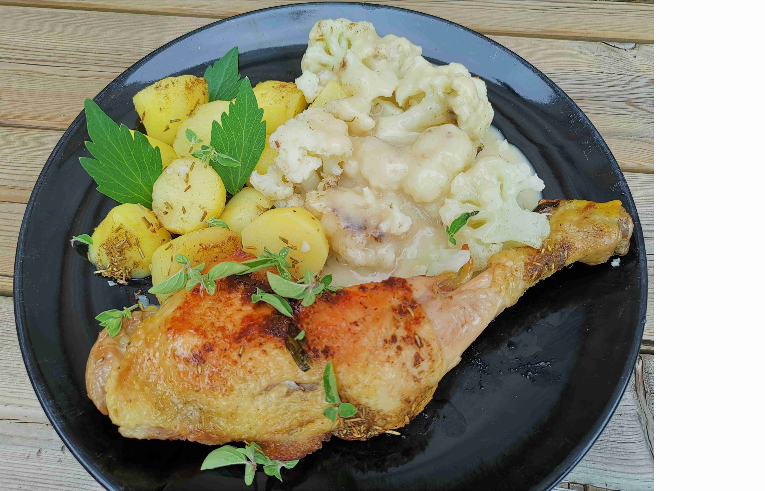 Vlaamse klassieker - Bloemkool met 'kaassaus', aardappelen en kip.Ik maak mijn groenten steeds klaar in een stoomkoker. De (biologische) kip laat ik langzaam garen in een afgedekte pan.Voor de 'kaassaus' gebruik ik:- 400ml gierst- of rijstmelk- een handvol edelgistvlokken- snuifje Herbamare, zwarte peper en nootmuskaat- een soeplepel (of meer) arrowrootDe edelgistvlokken geven de saus een kaasachtige smaak. De arrowroot zal de saus binden en dikken. Zie hieronder voor meer info omtrent verdikkingsmiddelen voor sauzen.