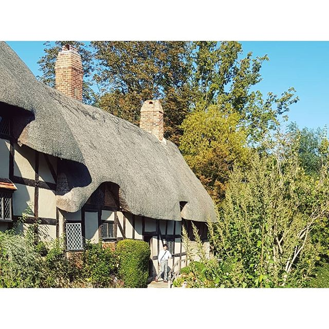 House and gardens of Anne Hathaway, with first cottage built in 15th century, extension built in 17th and the property sold in 19th. Inspiring country homes 🖤 . . . . . #annehathaway #annehathawayscottage #williamshakespeare #shottery #cottagegarden #countryhomes #historichomes #artisthomes #writershomes #shakespeare #countryhomeinspiration #stratforduponavon #ukdestinations #ukdaytrips #artdestinations #homeinspiration #gardeninspiration #londondaytrips