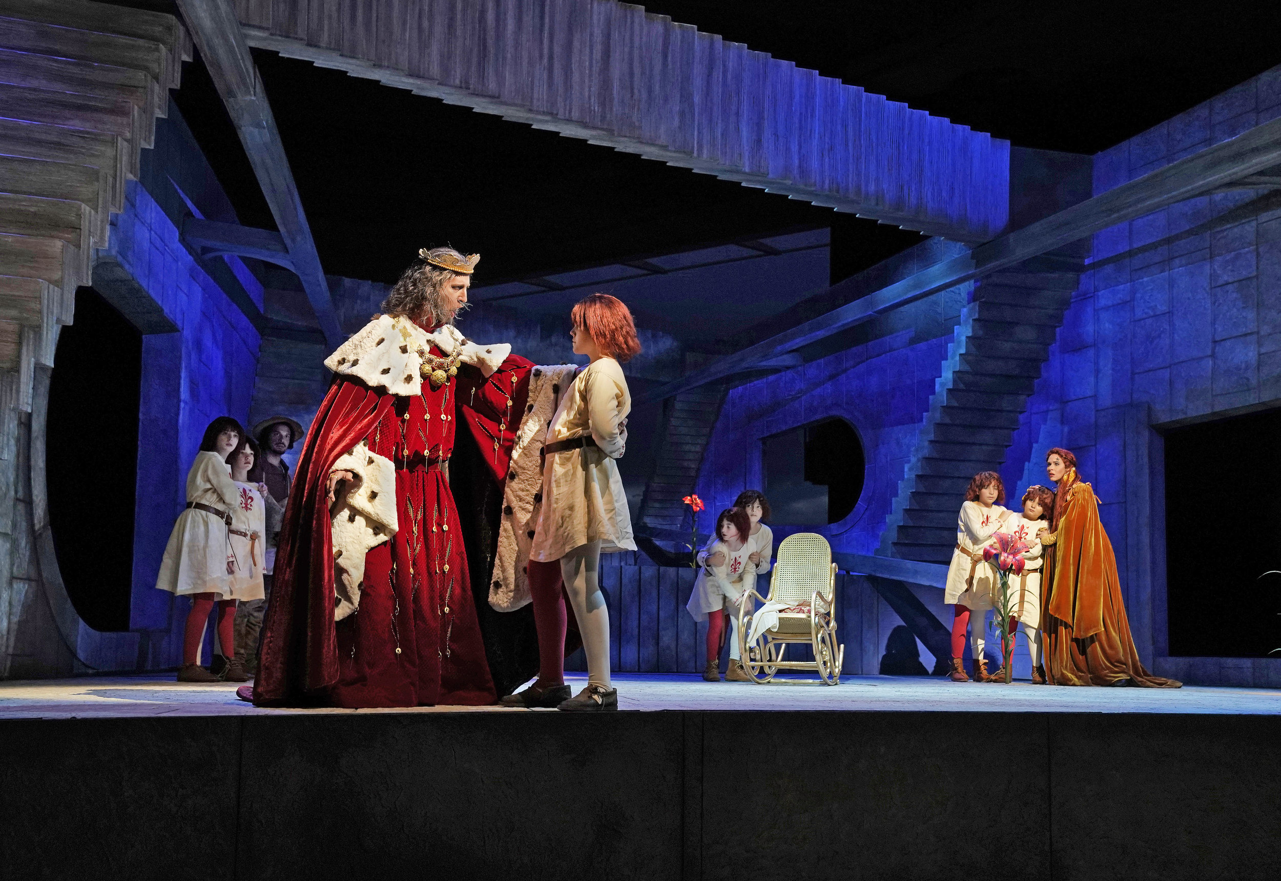 King Hjarne (David Leigh) talks with his young son Corbin as a worried Queen Gertrude (Tamara Mumford) and other sons look on. Photo by Ken Howard; courtesy of Santa Fe Opera.