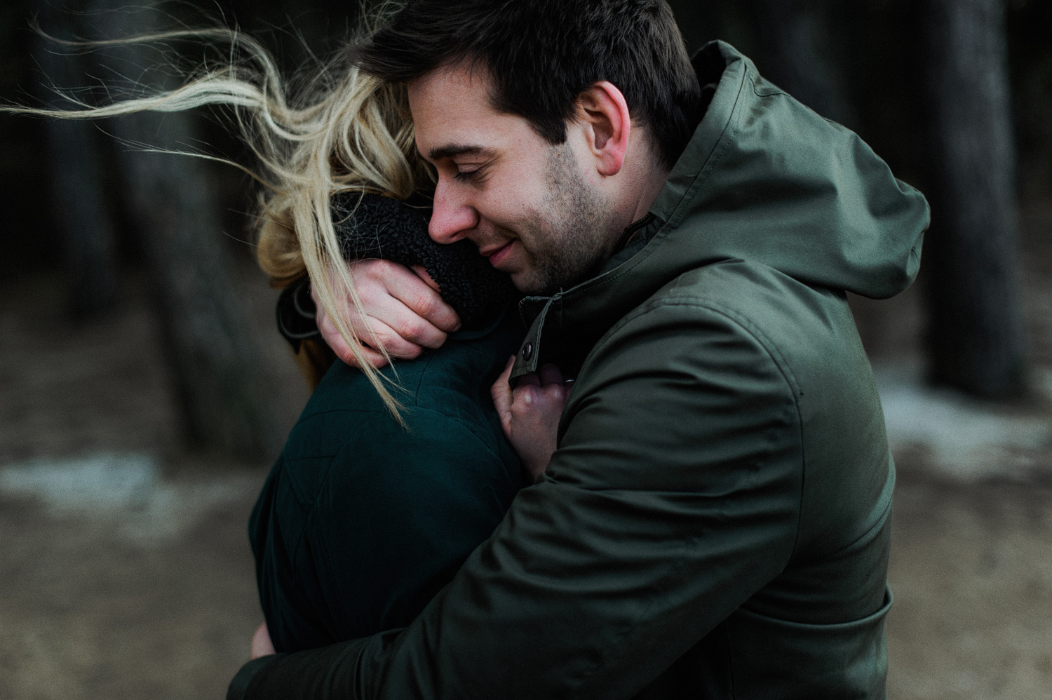 Guy hugging his girlfriend during couple shoot