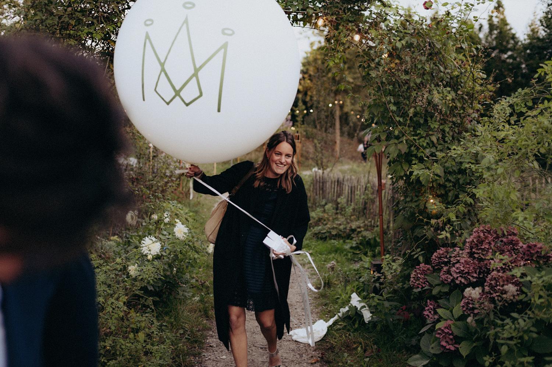 Wedding guests arriving with huge balloon at Rijk van de Keizer
