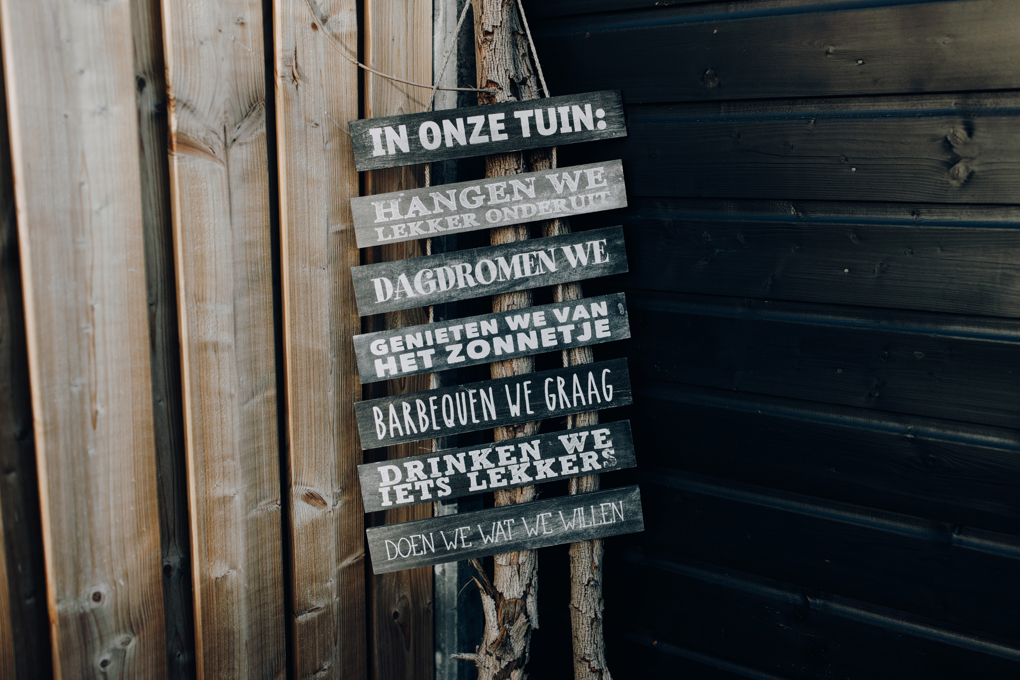 Tekstbord in tuin met regels