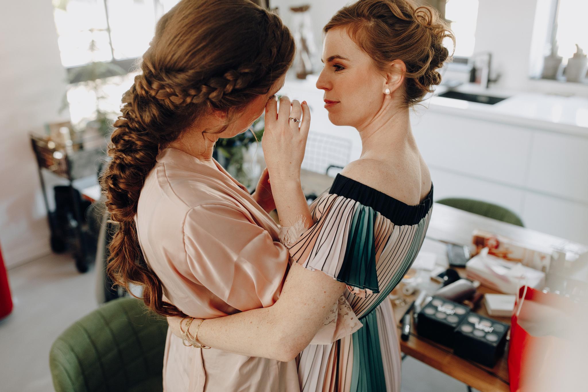 Bruid huilt met zus tijdens getting ready