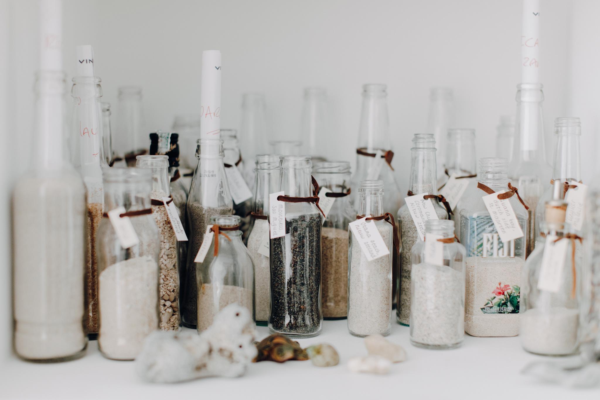 Zand uit alle delen van de wereld in potjes bewaard