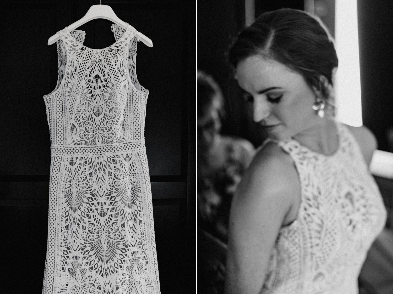 Bruid trket haar Lillian West trouwjurk aan