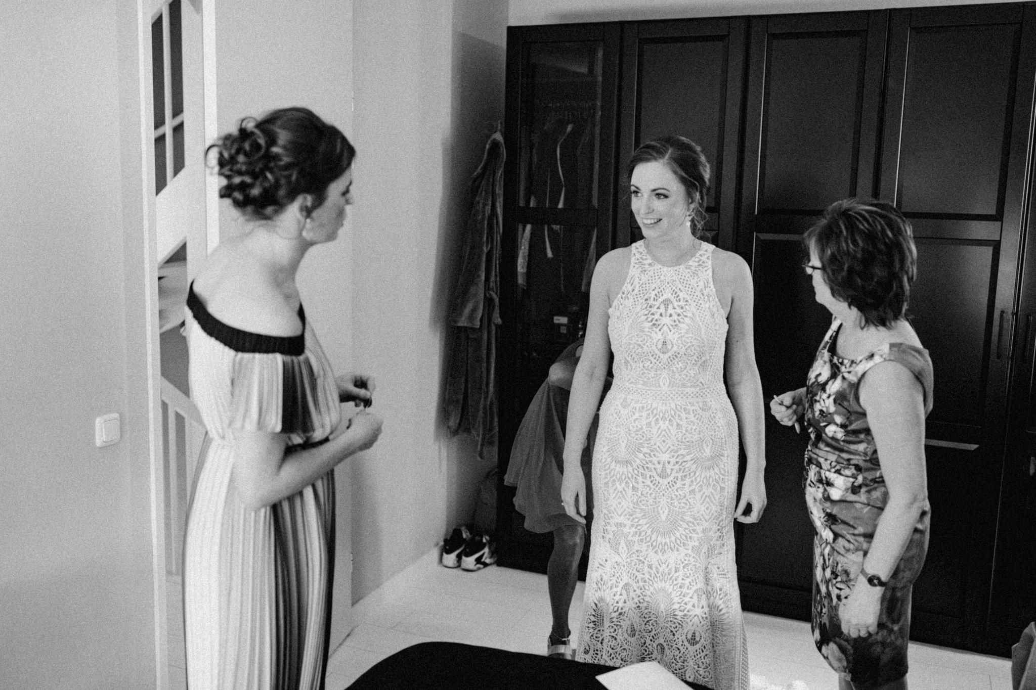 Bruid in prachtige Lillian West trouwjurk