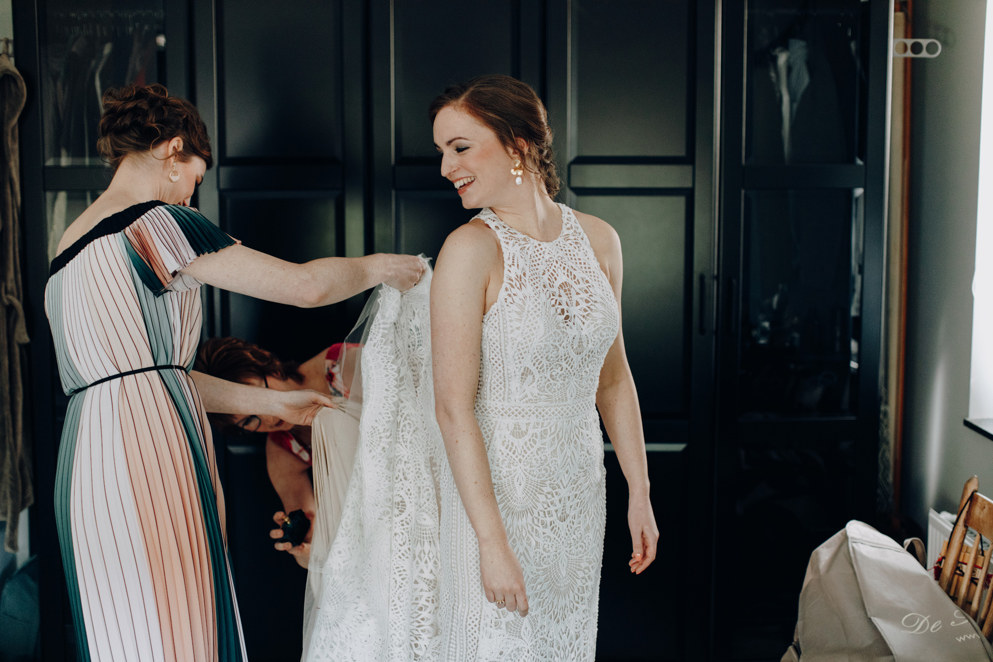 Zus helpt bruid in haar Lillian West trouwjurk
