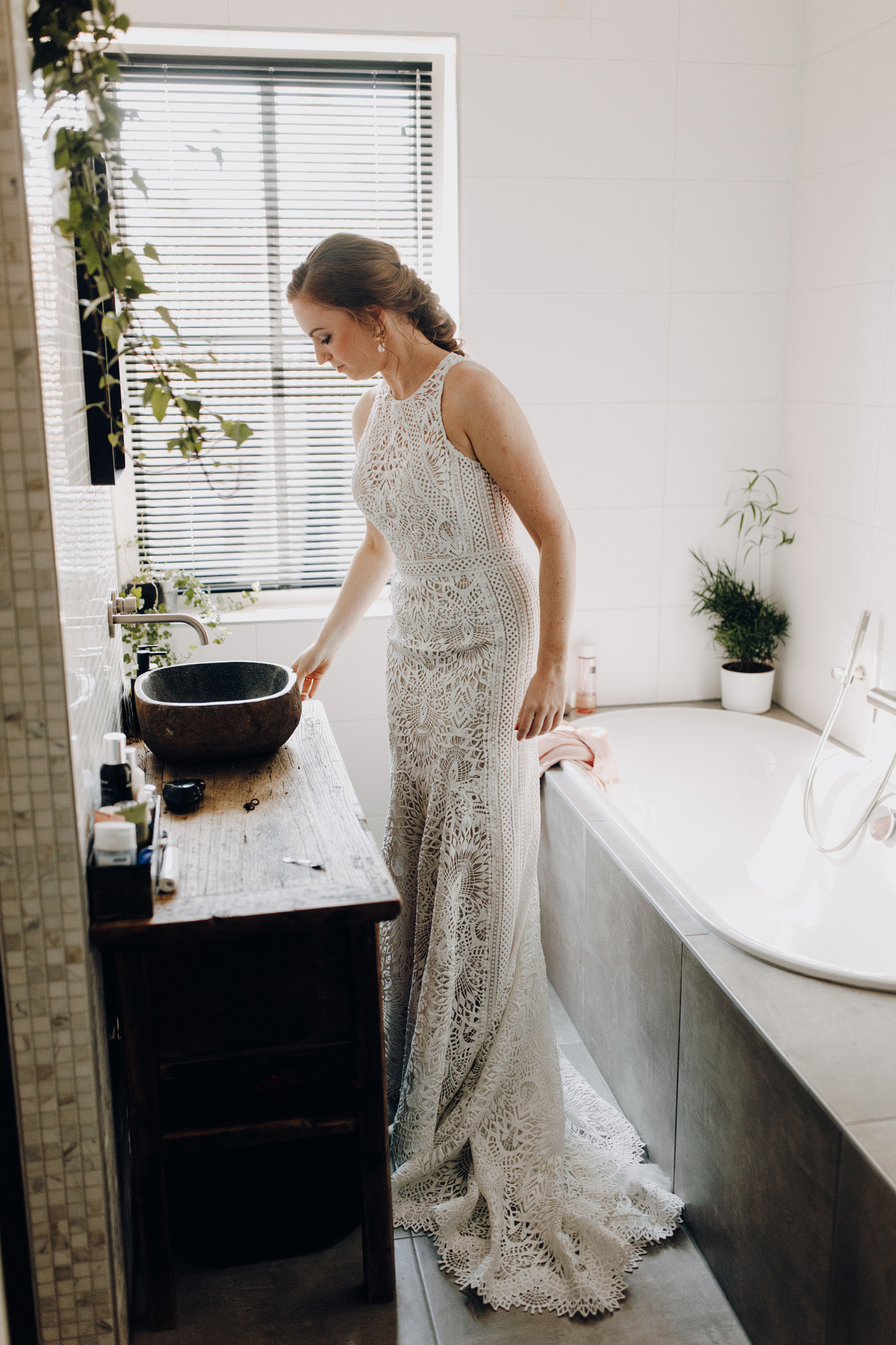 Bruid in badkamer met Lillian West trouwjurk