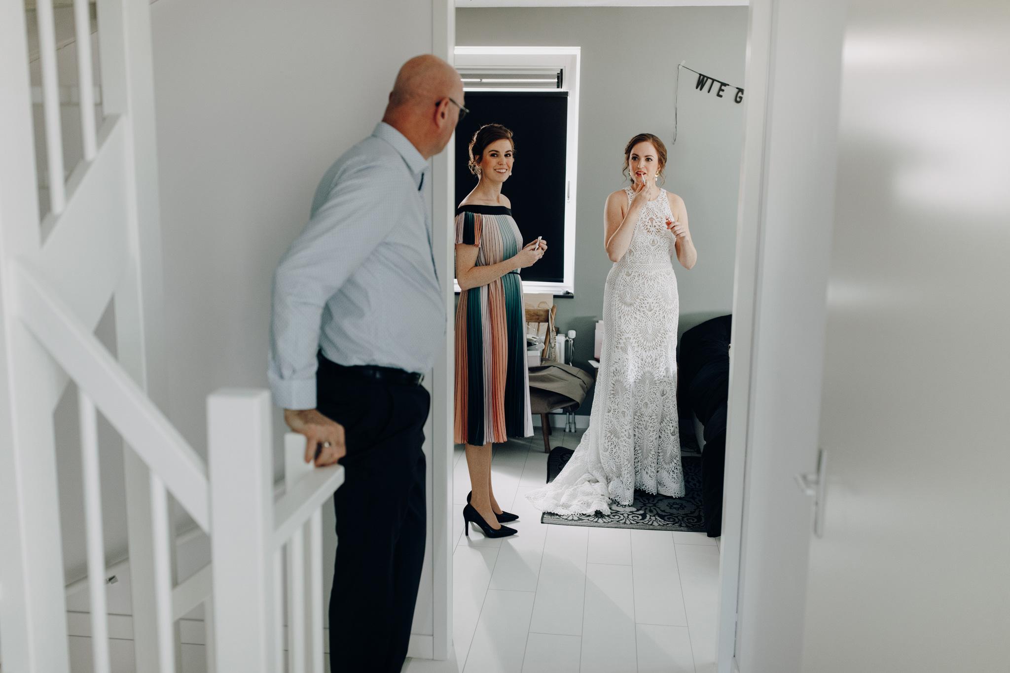 Vader van de bruid ziet dochter voor het eerst in trouwjurk