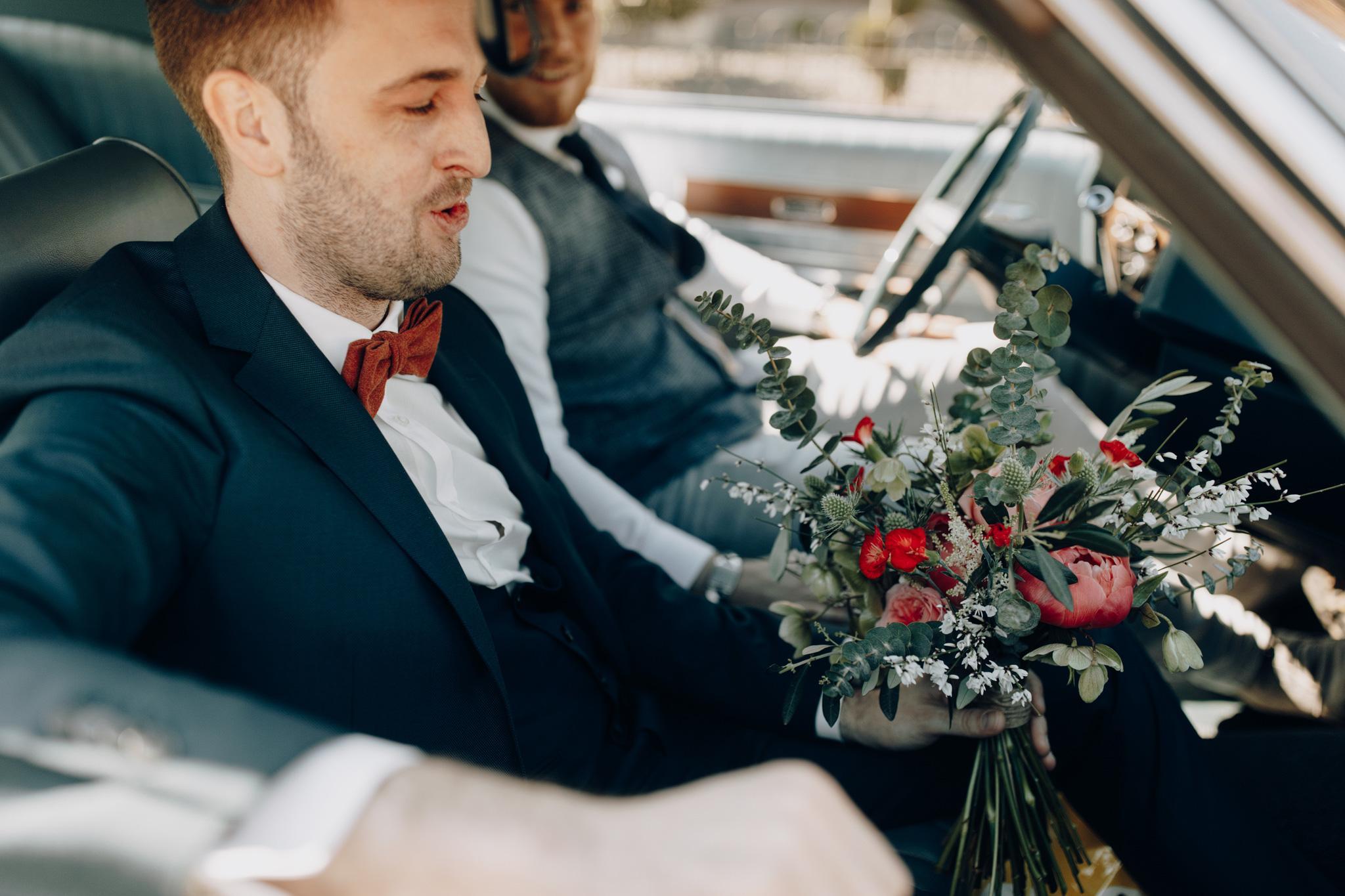 Bruidegom met bruidsboeket in Ford Ltd uit 1969