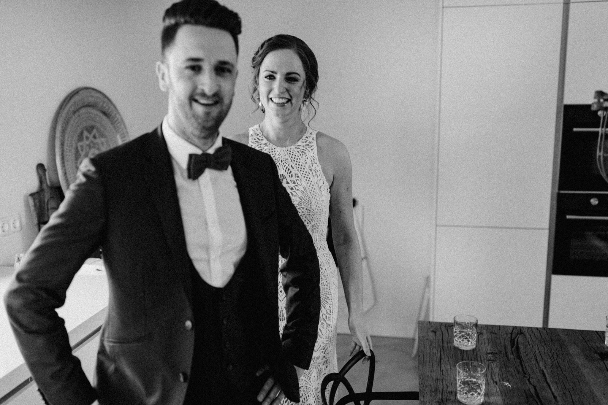 Bruid en bruidegom kijkend naar de camera