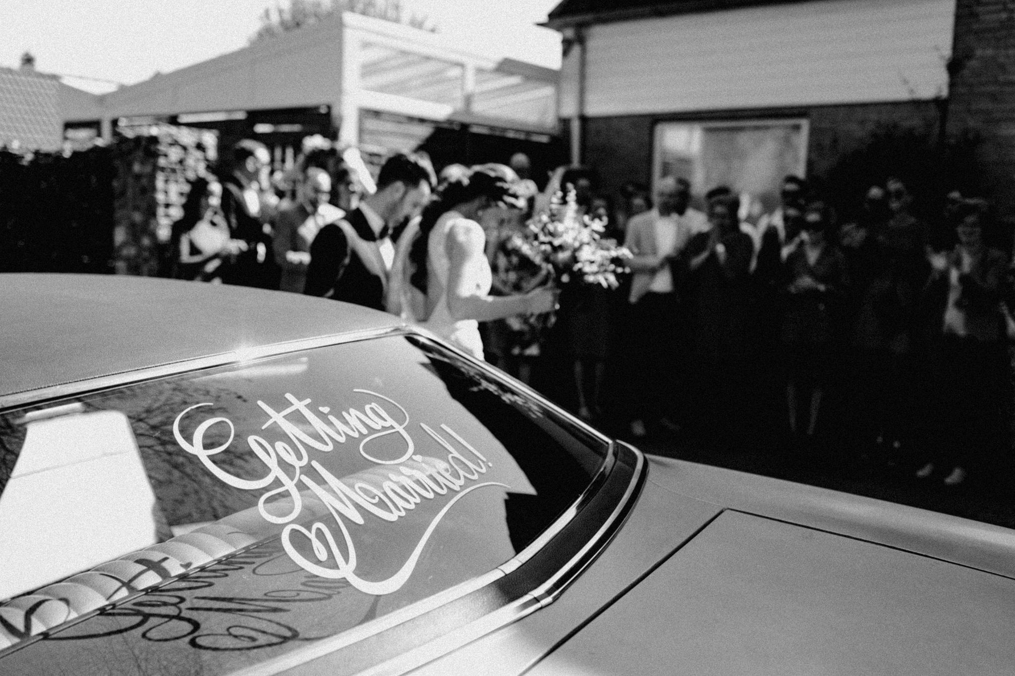 Trouwauto Ford Ltd 1969 met Getting Married tekst op achteruit
