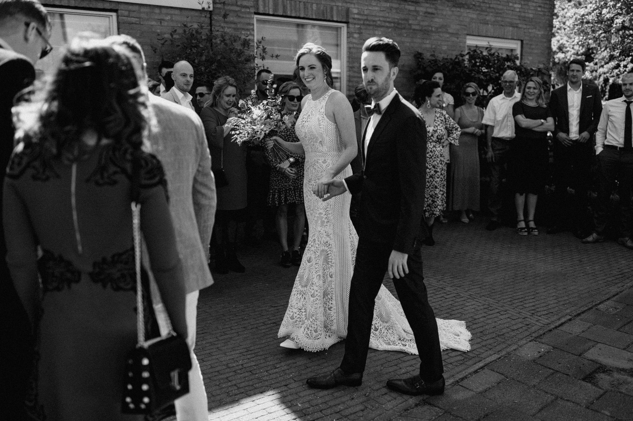 Bruid en bruidegom arriveren bij huis ouders bruidegom