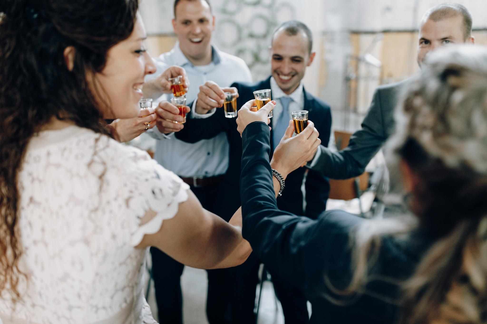 Gasten proosten met shots voor ceremonie in CHV Noordkade