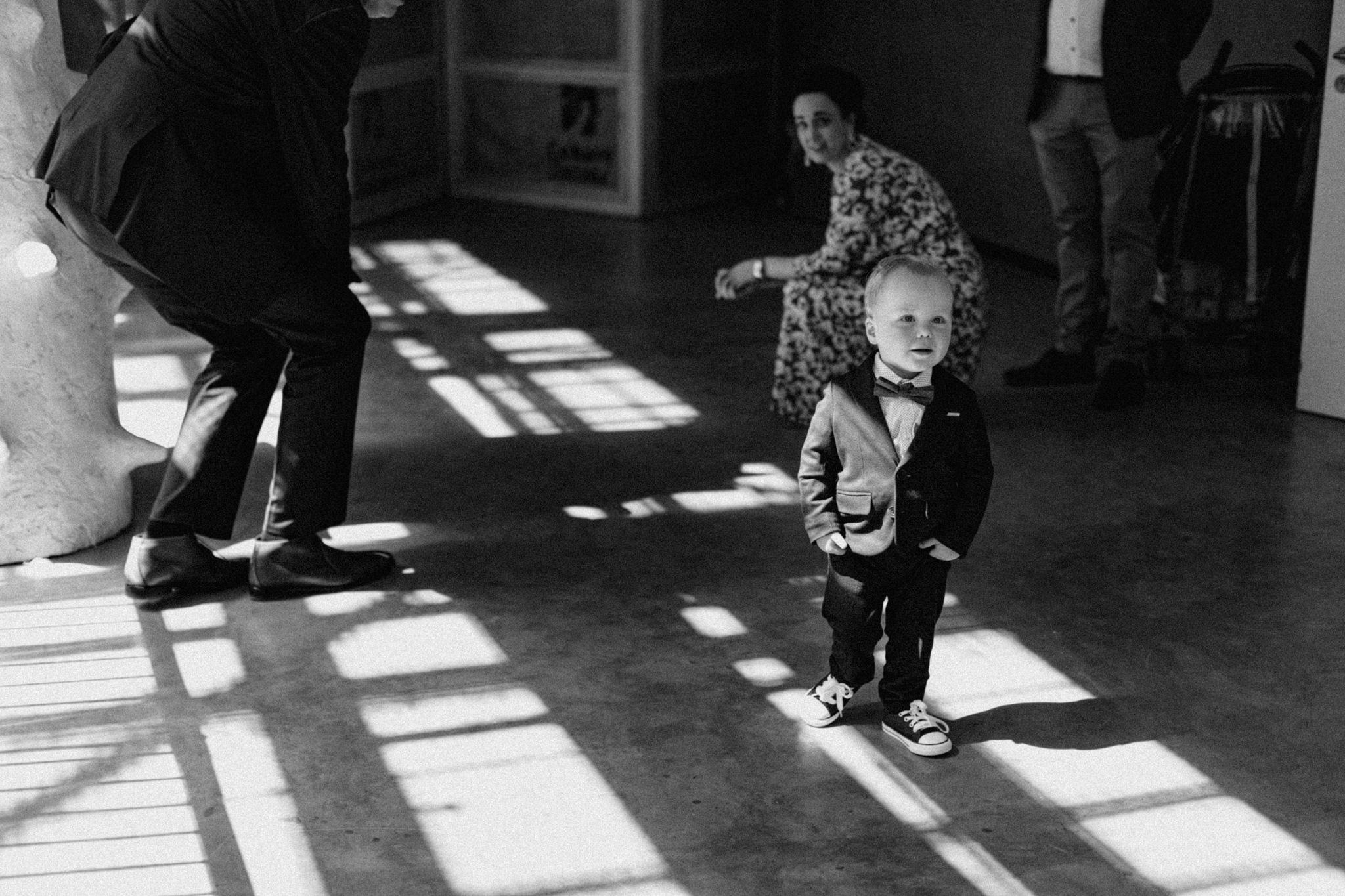 Klein jongetje wacht tot trouwceremonie start in CHV Noordkade