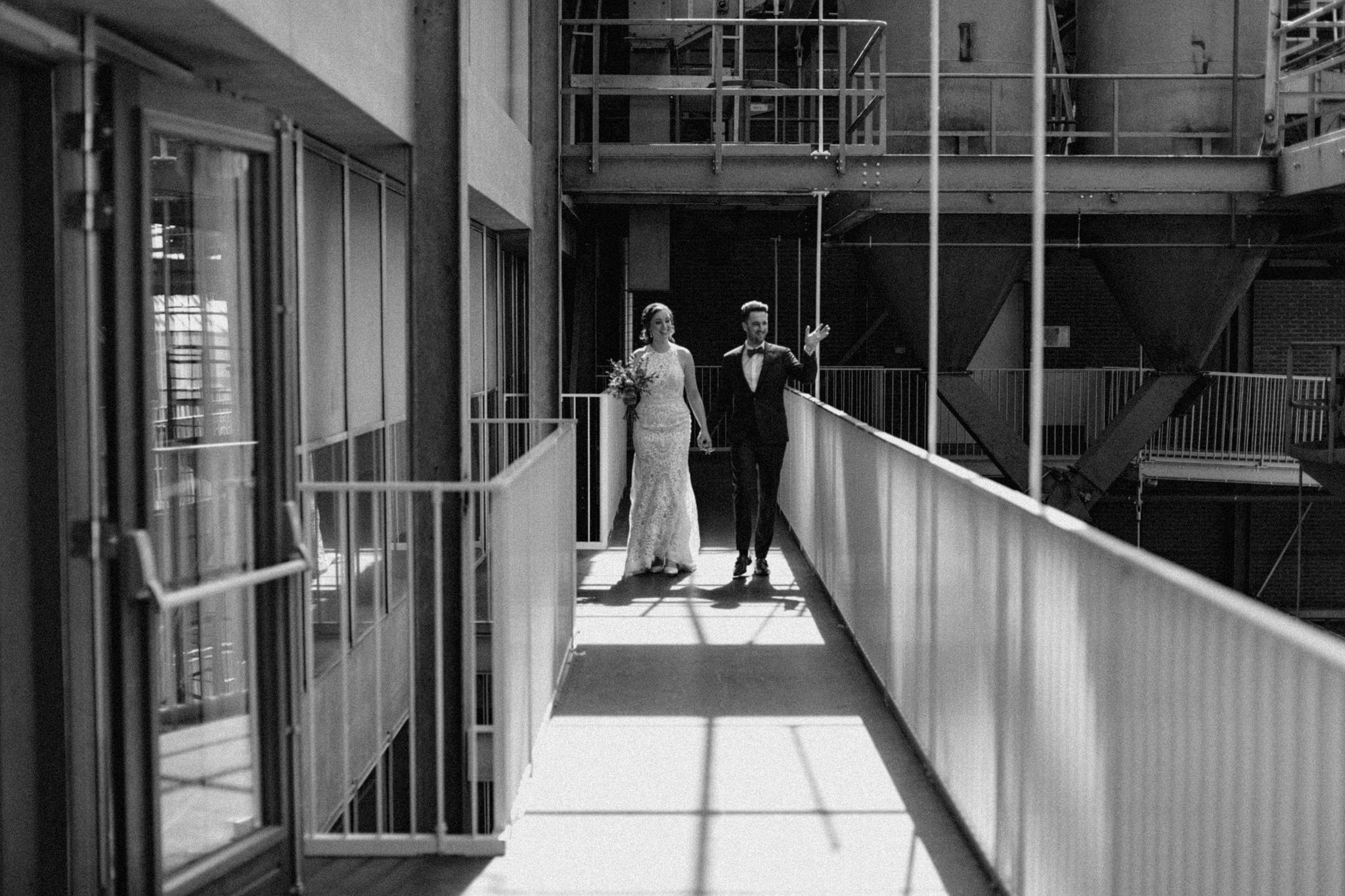 Bruid en bruidegom arriveren bij ceremonie in CHV Noordkade