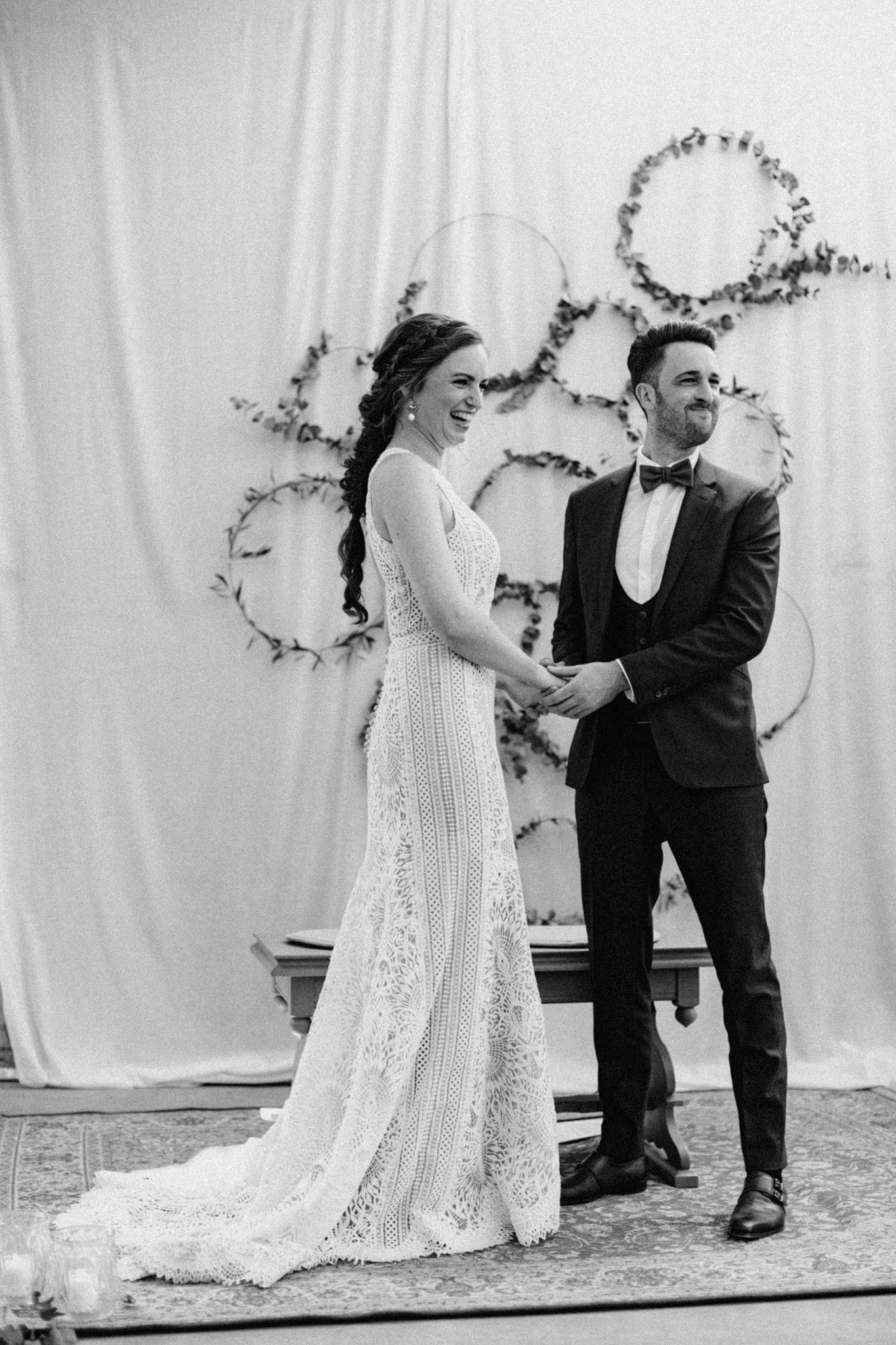 Bruid en bruidegom lachen na uitspreken geloften tijdens ceremonie in CHV Noordkade