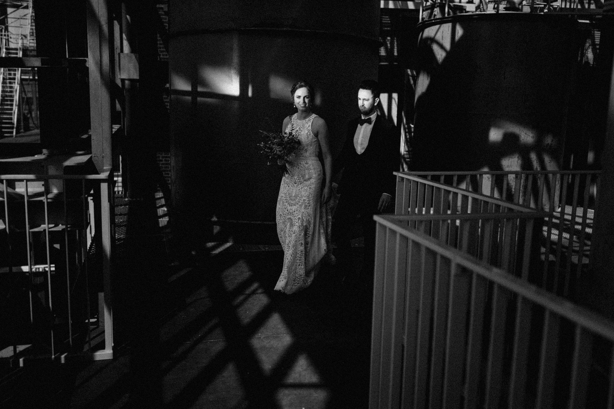 Bruid en bruidegom gevangen in licht in CHV Noordkade