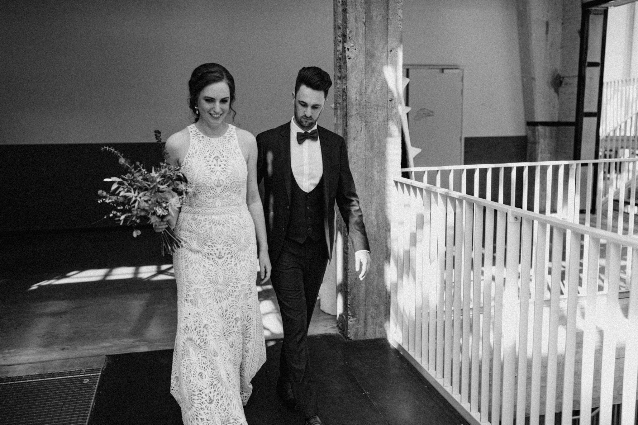 Bruid en bruidegom lopen in CHV Noordkade