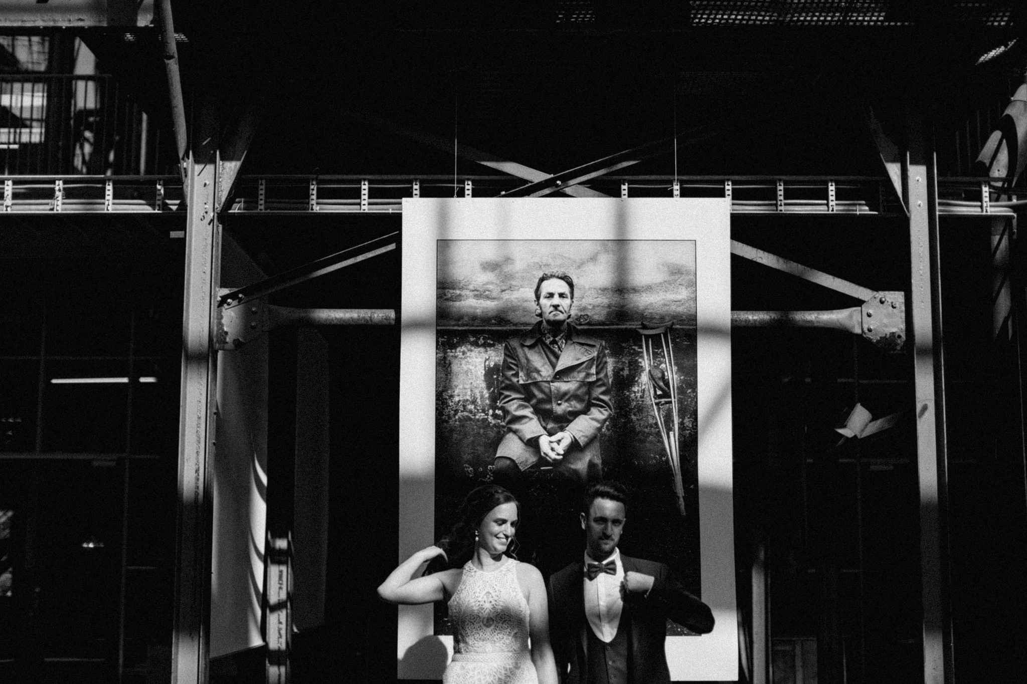 Bruid en bruidegom voor foto's van foto expositie in CHV Noordkade