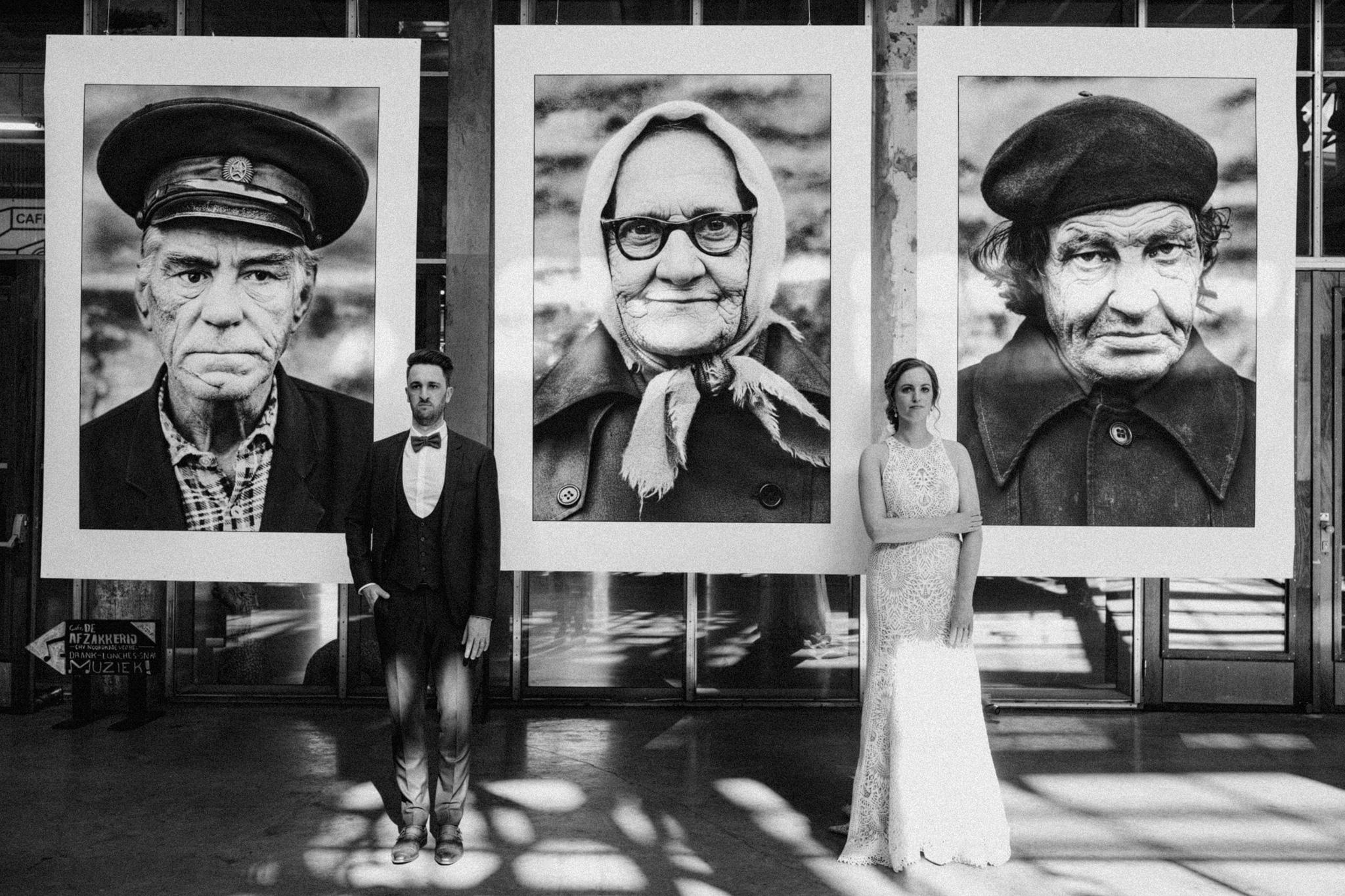 Bruidspaar voor levensgrote fotoprints foto expositie in CHV Noordkade