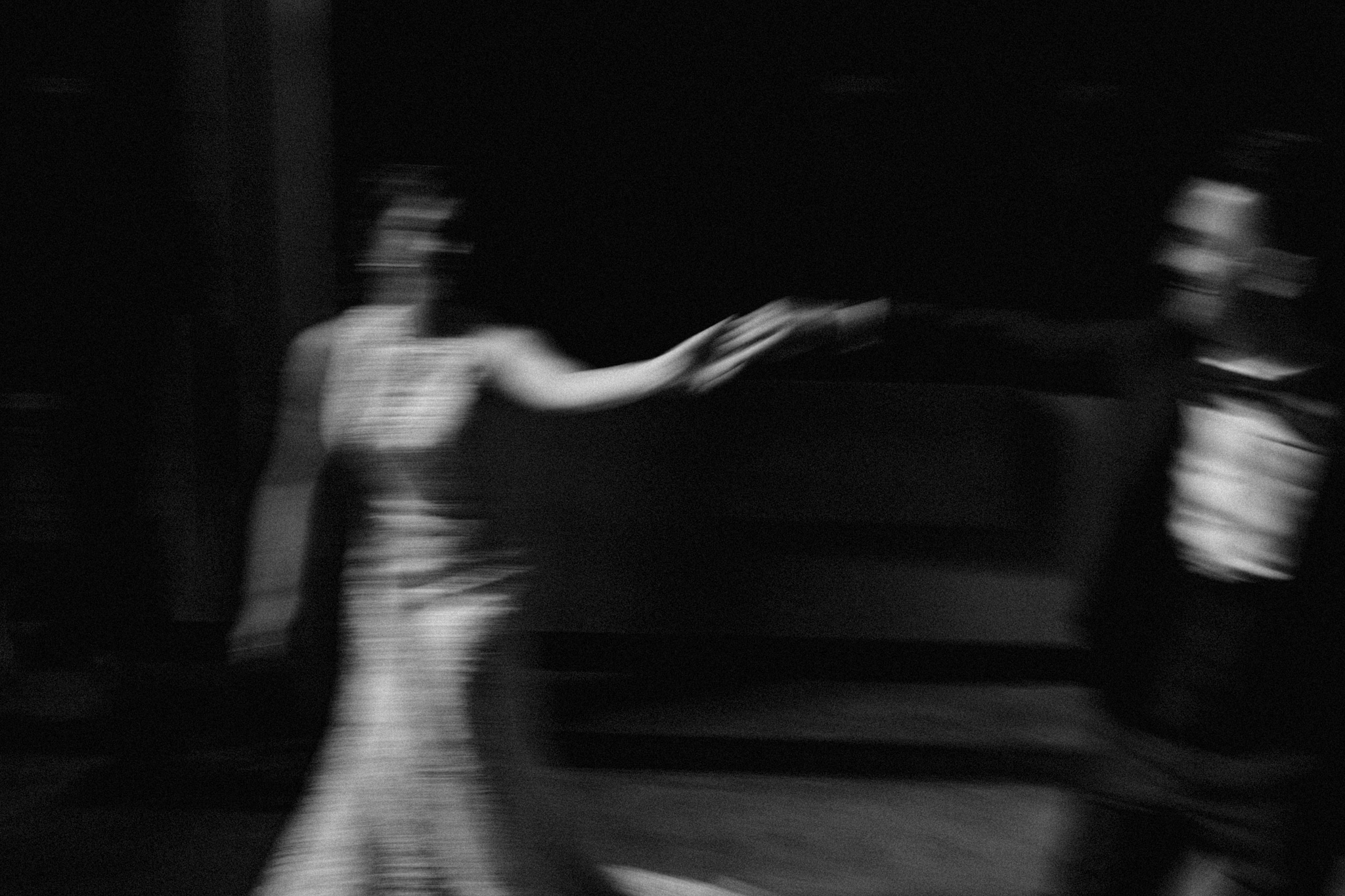 Bruidspaar in beweging tijdens fotoshoot dans
