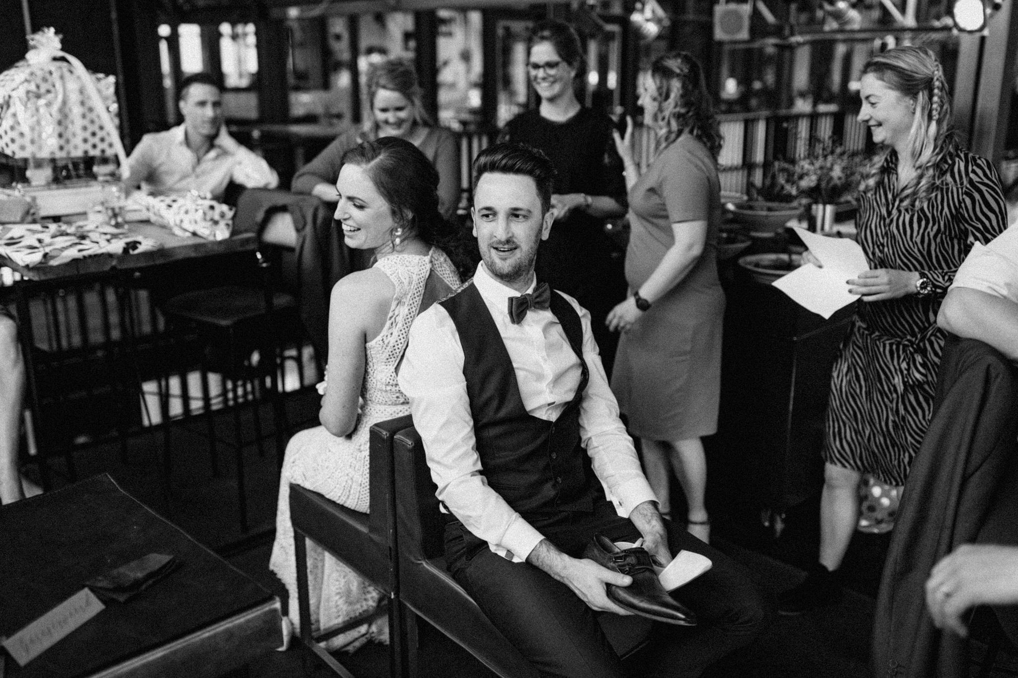Mr & Mrs schoenenspel tijdens bruiloft in CHV Noordkade