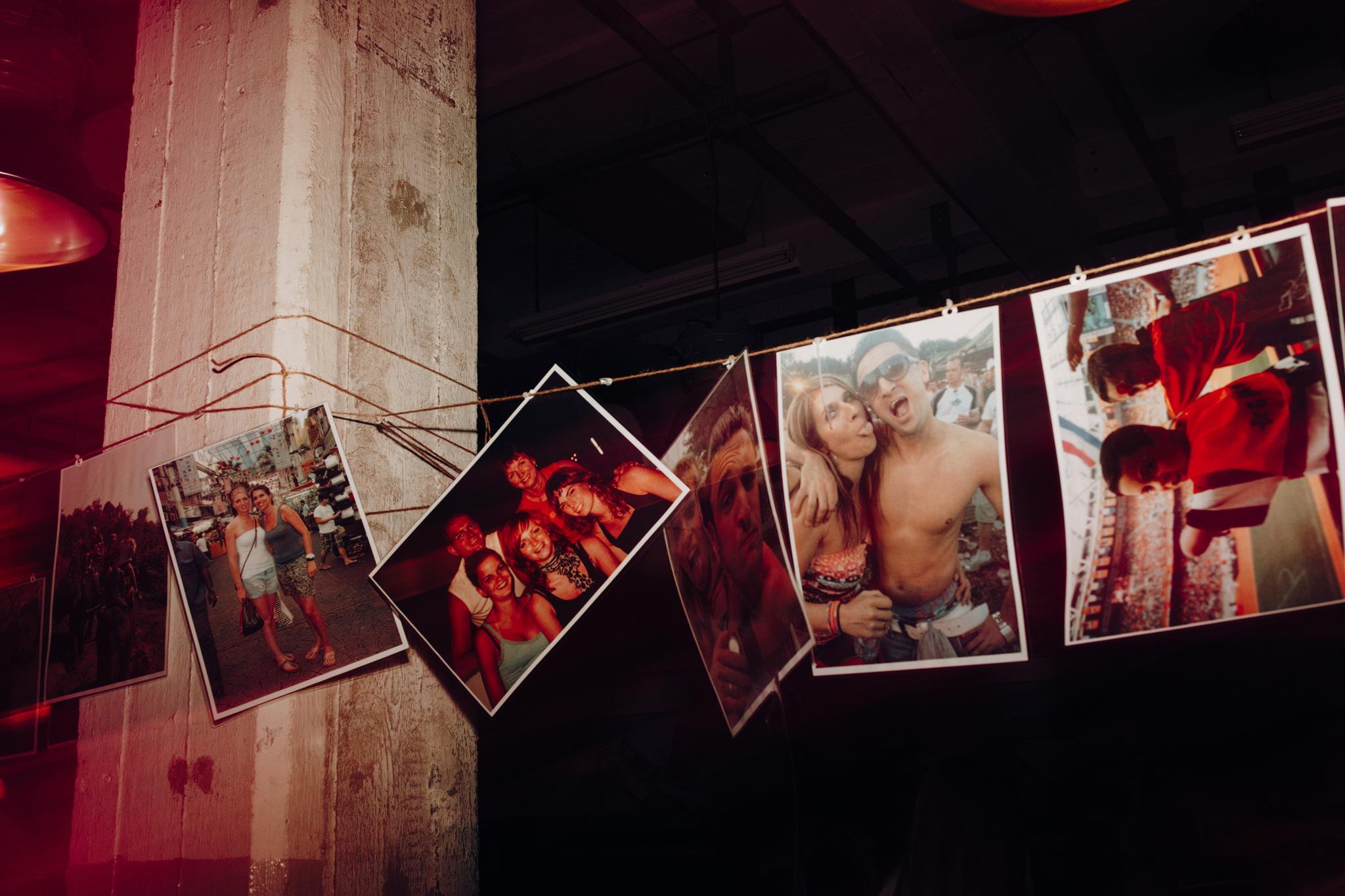 Foto's aan waslijn van bruidspaar in feestzaal de Apotheek in CHV Noordkade