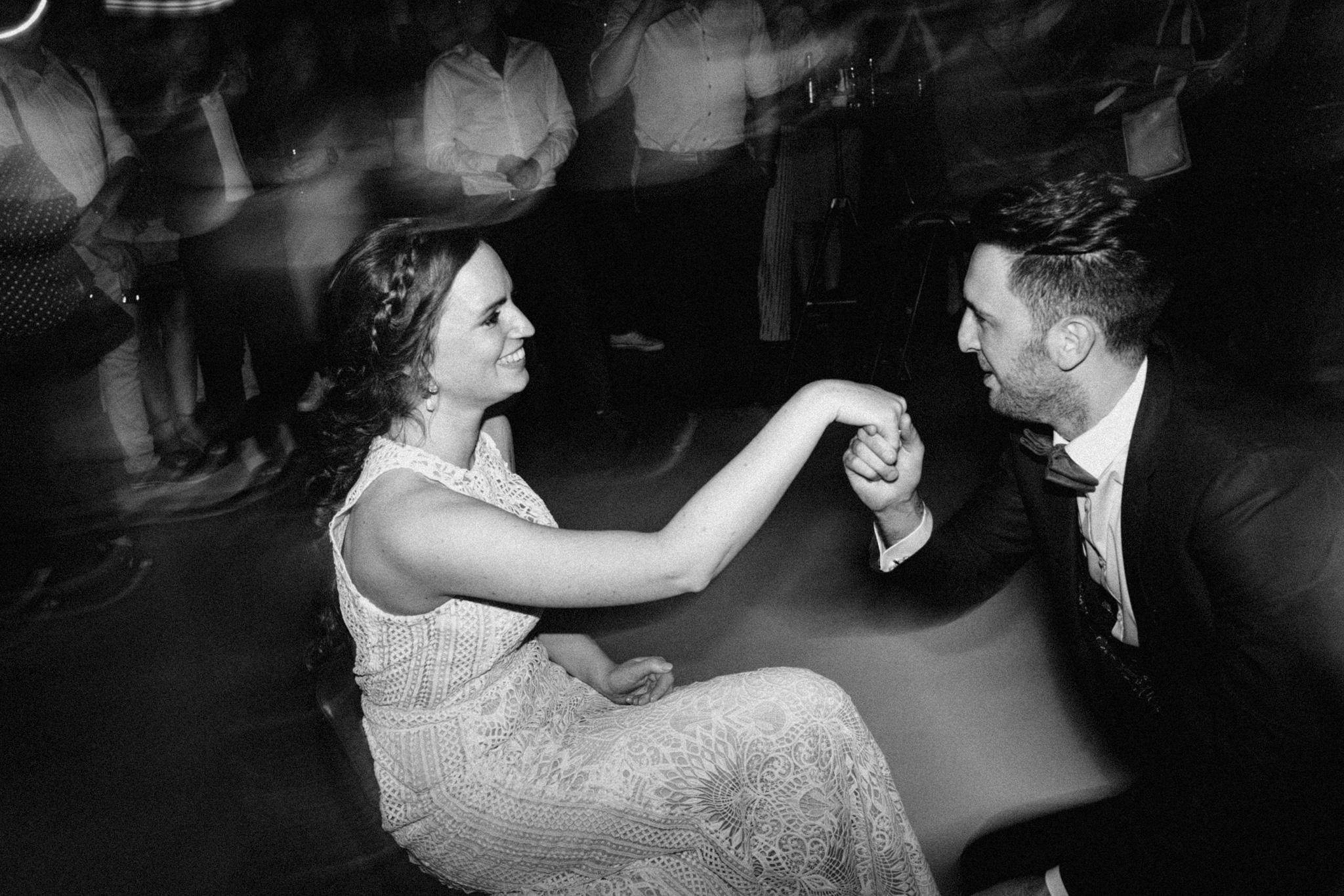 Bruidegom geef kushandje aan bruid tijdens openingsdans in CHV Noordkade