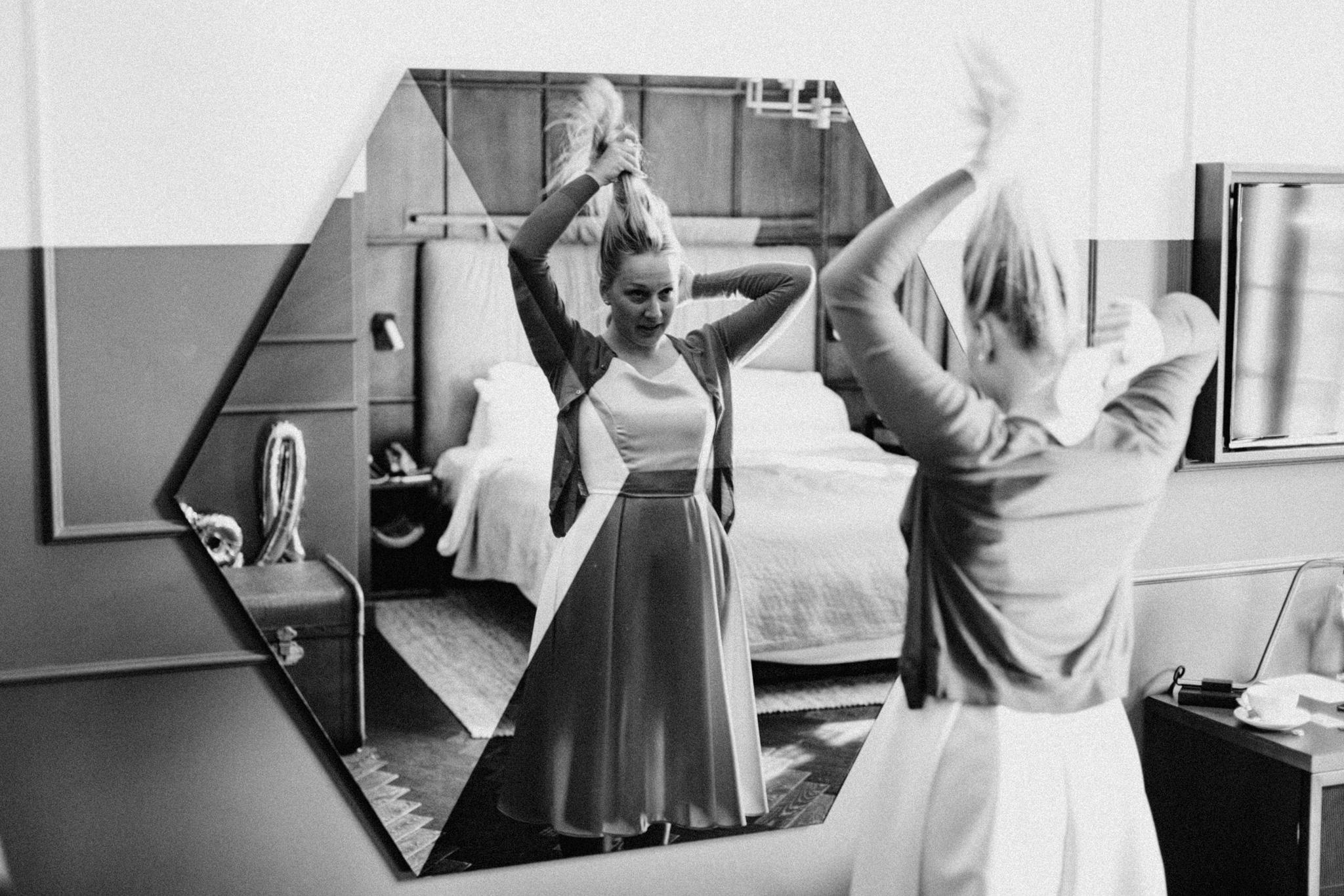 Elopement bride brushing her hair in hotel Hoxton Amsterdam