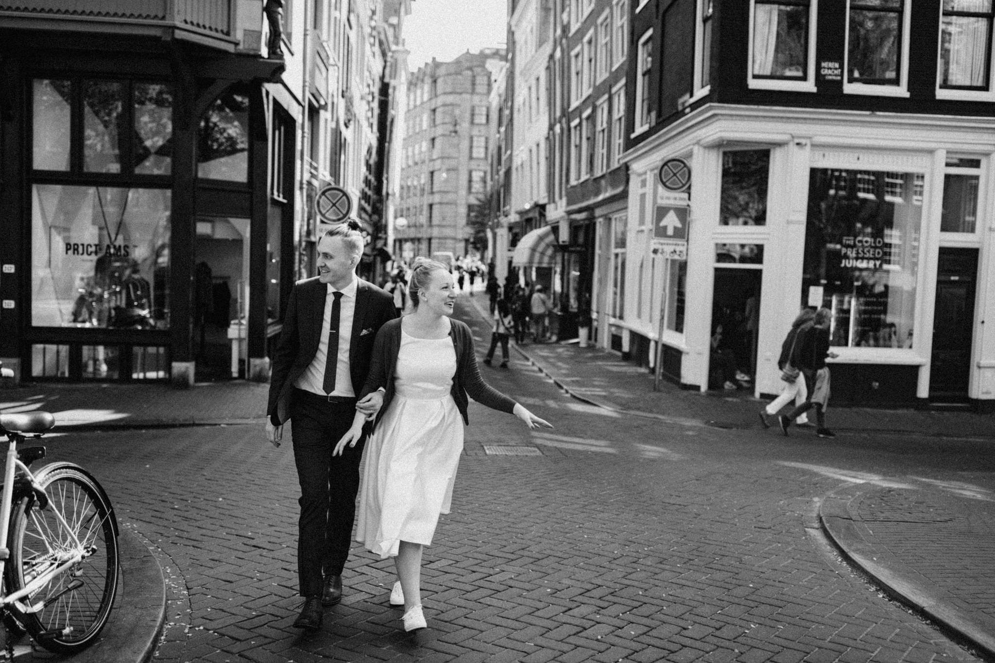 Elopement couple walking passed the canals of Amsterdam
