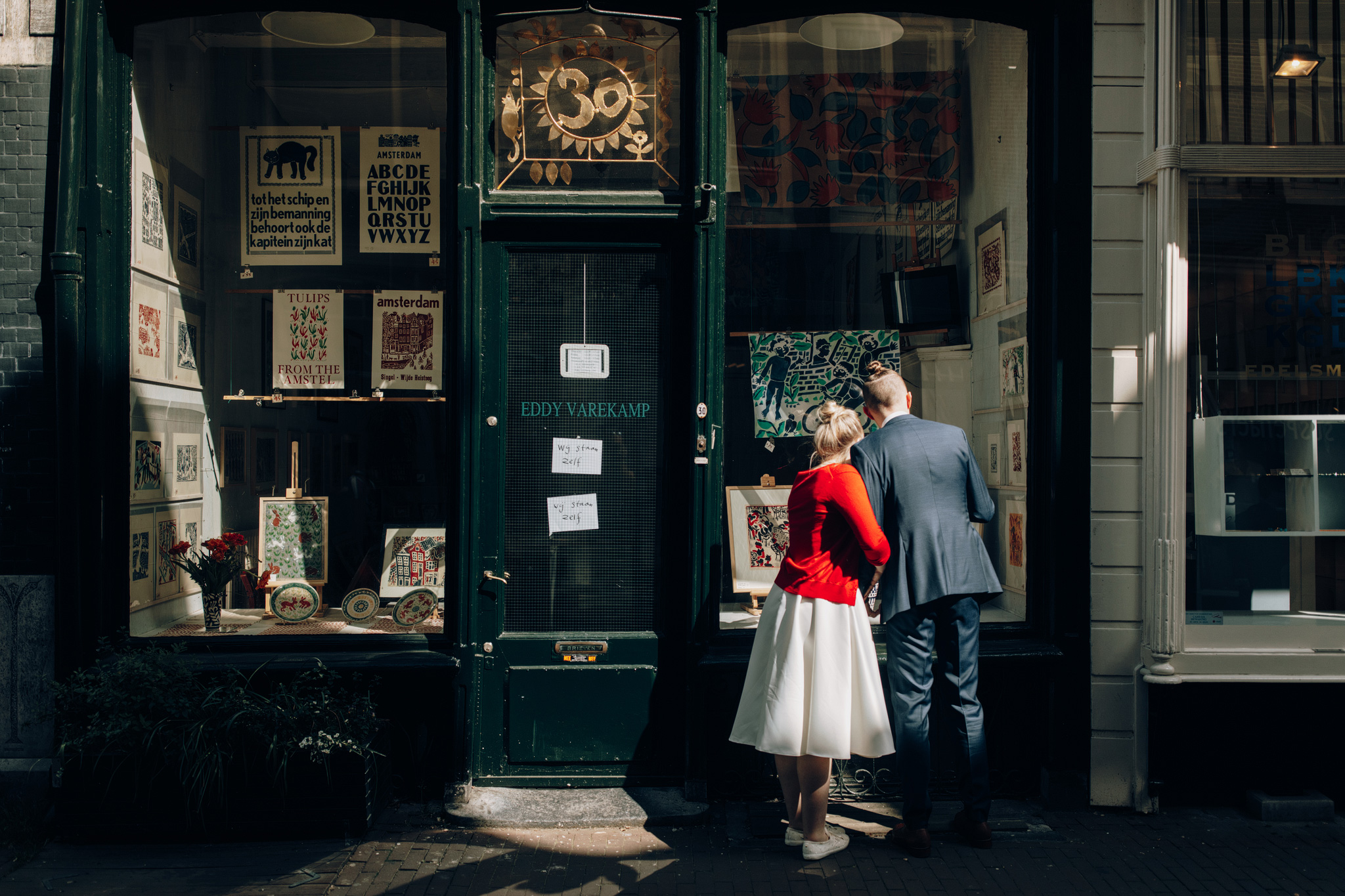 Elopement couple standing in front of art gallery in Amsterdam
