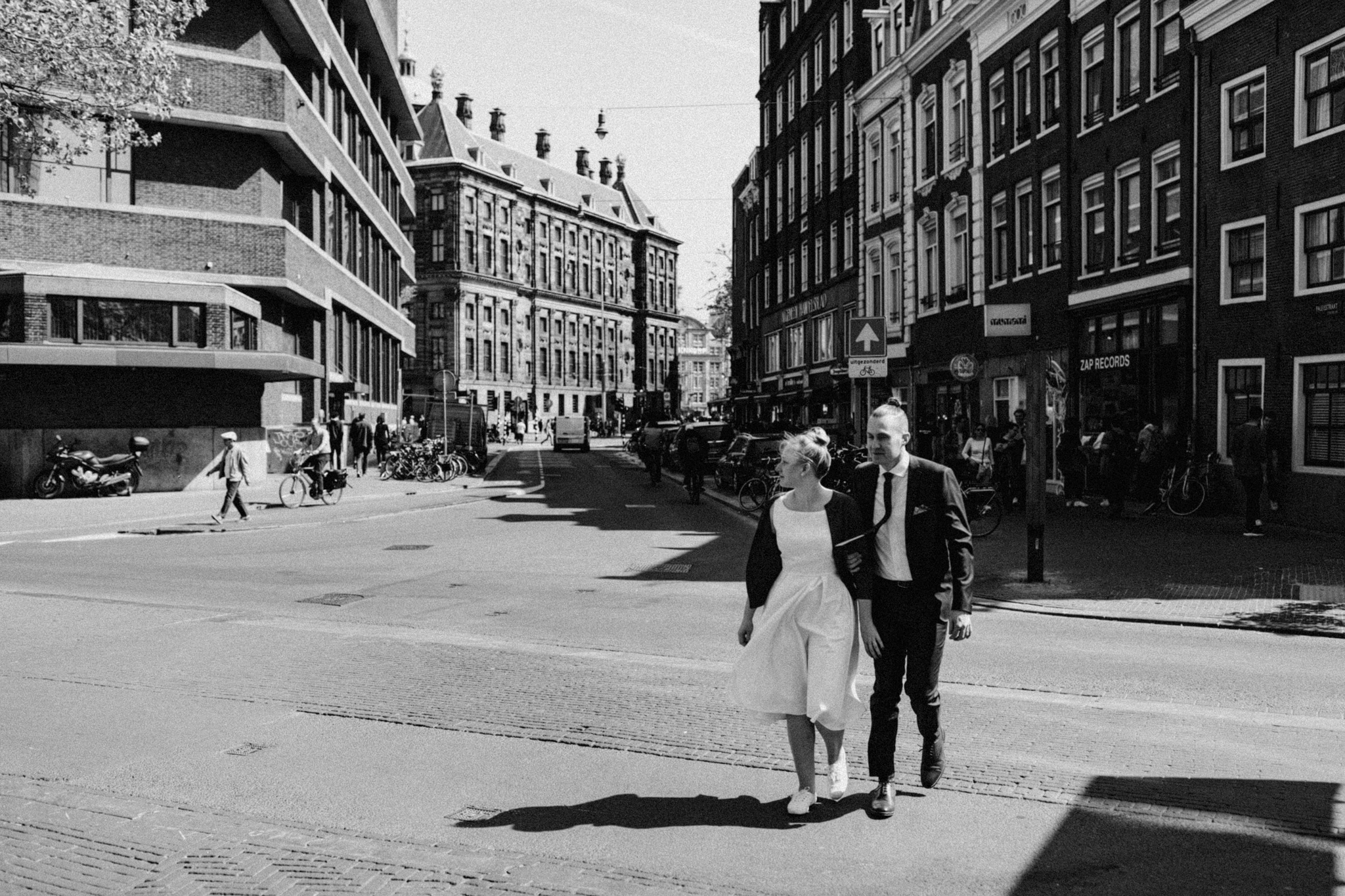 Elopement couple walking through the streets of Amsterdam
