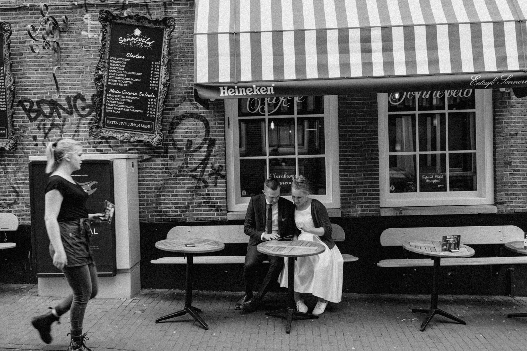 Elopement couple sitting at terrace of cafe Sonneveld in the Jordaan Amsterdam