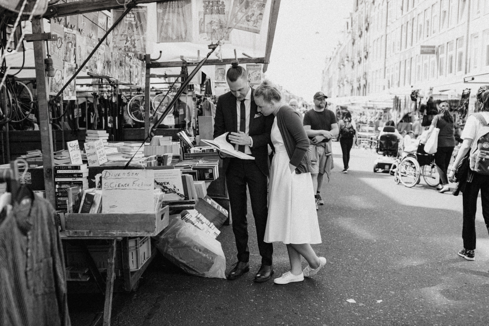 Elopement couple reading books at the Albert Cuyp Market