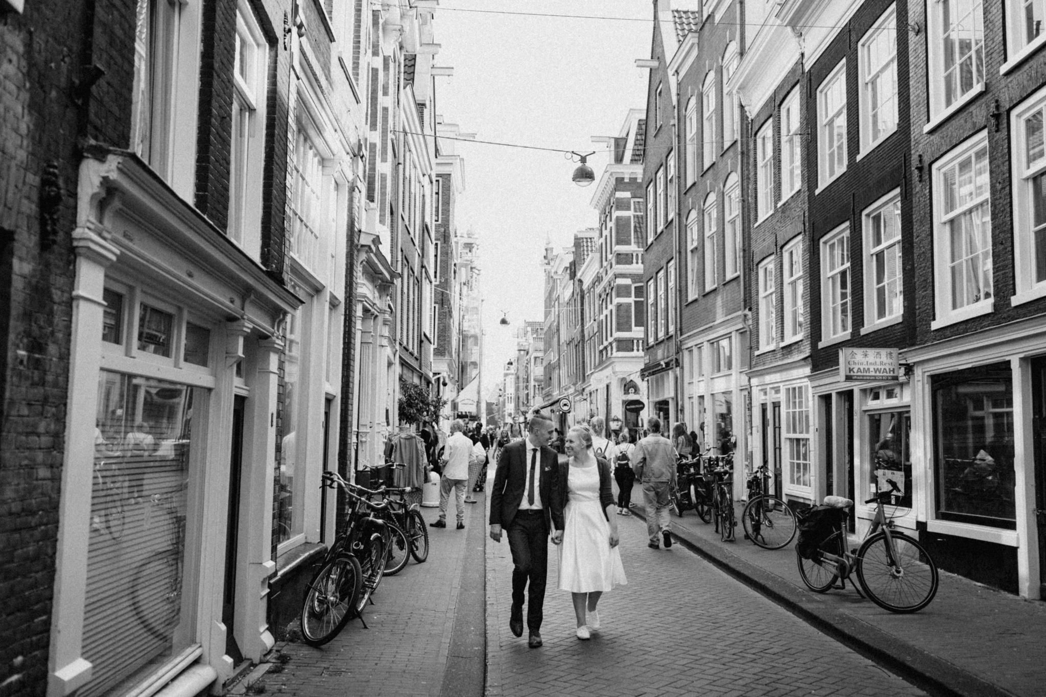Elopement couple walking in Jordaan Amsterdam